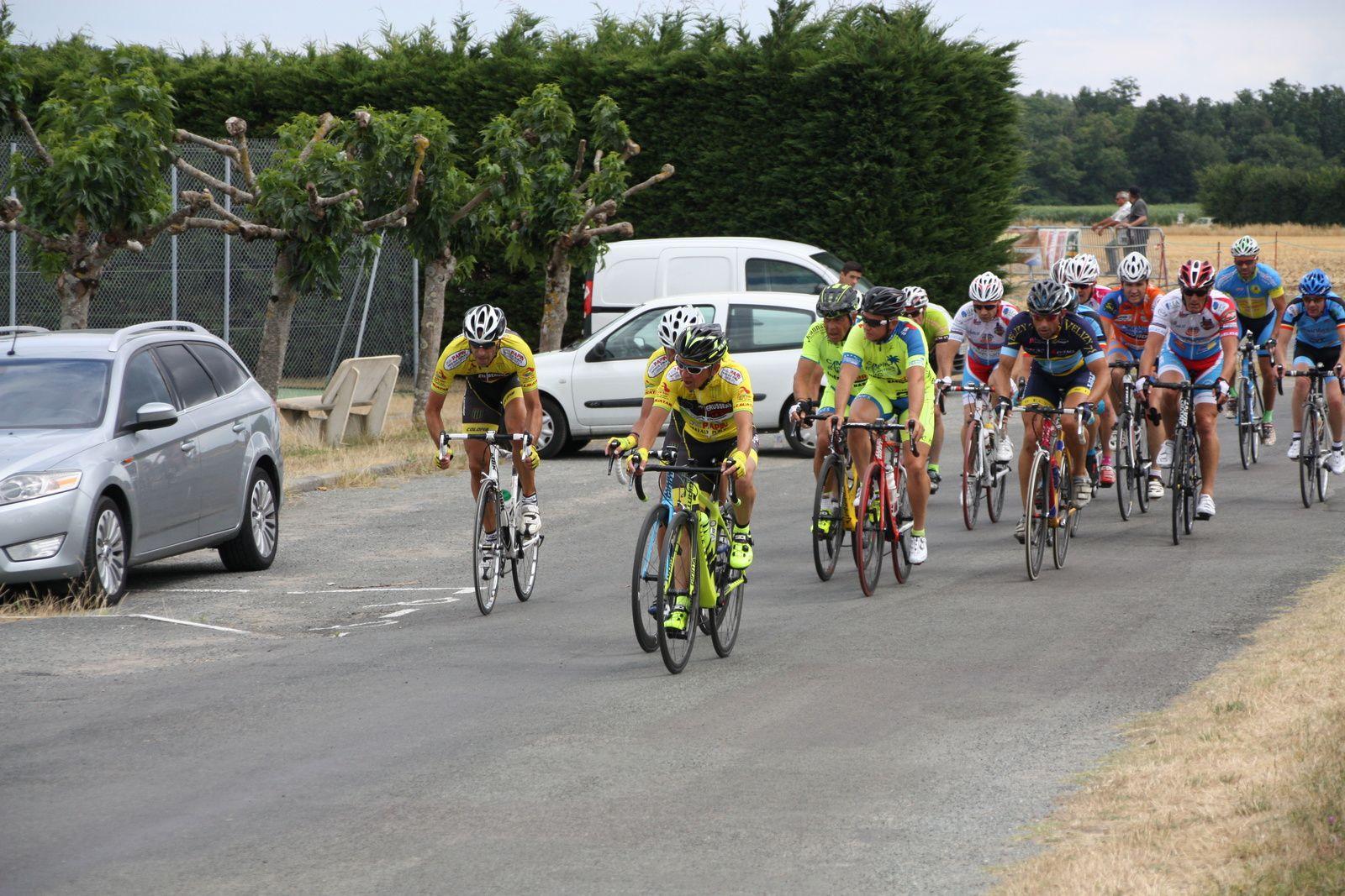 Ils  sont  sortit  à  3  avec  Denis  BENOIT, Christophe  DAVIAUD, le  peloton  est  emmené  par  les  coureurs  du  club  organisateur.
