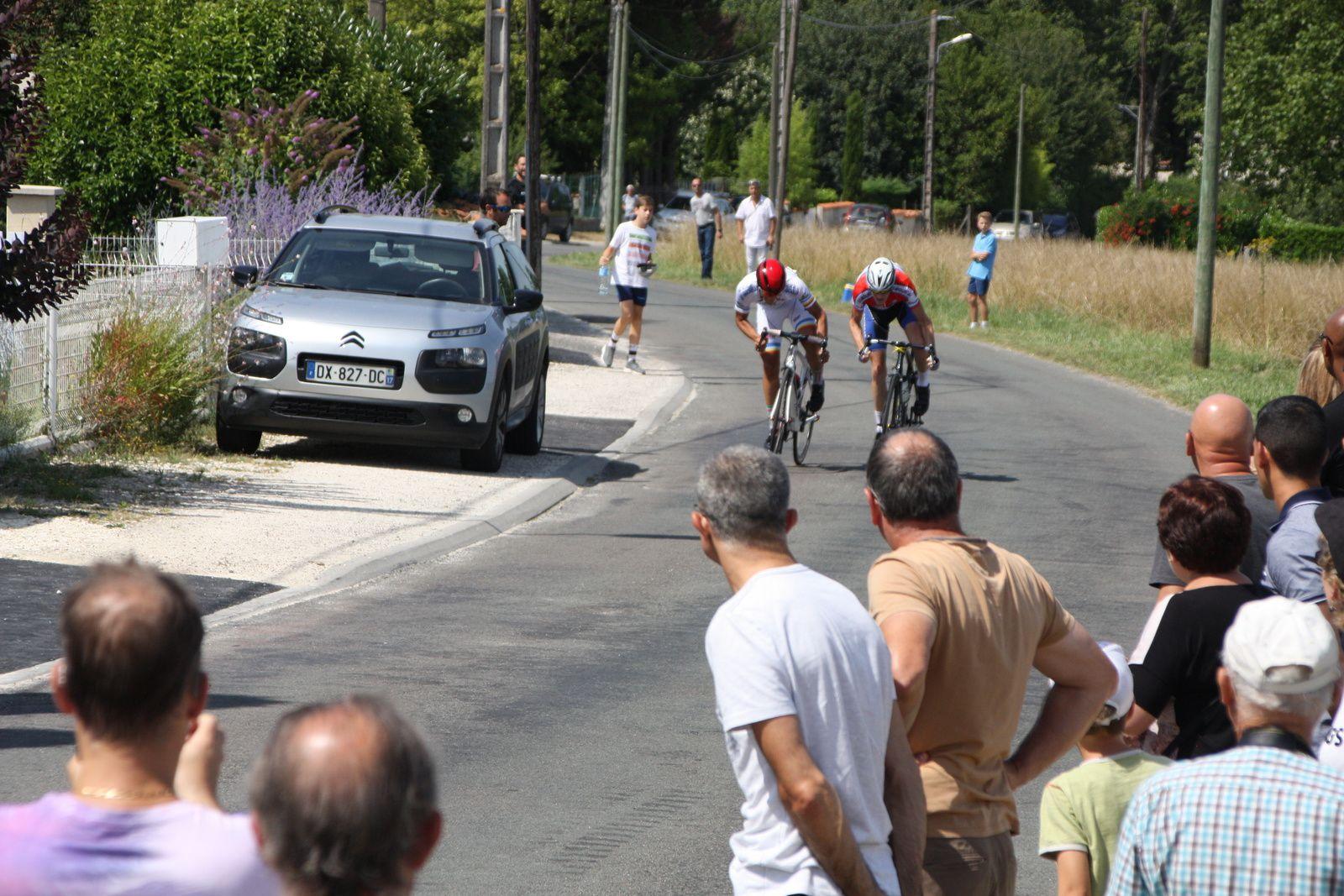 L'arrivée  et  la  victoire  pour Baptiste  LACROIX (US Le Bouscat), 2e  Antonin  CORVAISIER(VC  Charente-Océan)