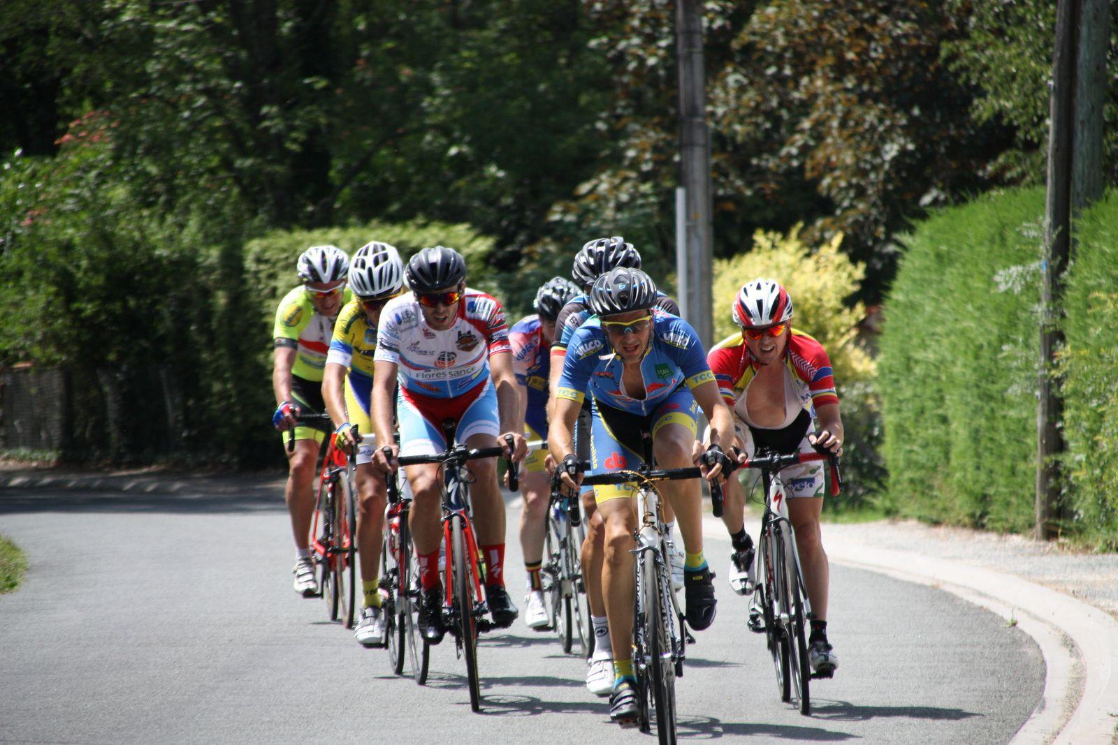A  1  tour   de  l'arrivée  attaque  de  Michaél  MEYTOU. Classement  =  1er  Dimitri  GALLERNEAU(SS  Neuil le Dolent), 2e  Romain  PICHON(V  Naintré), 3e  Nicolas  PIERRE(VCCO), 4e  Christophe  VEILLON(VC  Saintes), 5e  Guillaume  AUBINEAU(VC  Chatillon), 6e  Colin  BOLNOT(TC  Chateaubernard), 7e  Jerome  SUBRA(CC  Vervant), 8e  Michaél  MEYTOU(APOGE), 9e  Guillaume  NOIRT(ES  Bardenac), 10e  Bruno  VERHOEVEN(UVA), 11e  Brayan  FEYTOU(JS St Astier), 12e  Mathieu  IMBERDIS(VCCO), 13e  David  AUBUGEAU(V  Naintré), 14e  Yann  GORRY(VC  aintes), 15e  Julien  MALIDIN(SS  Nieul le Dolent), 16e  Thierry  MICHAUD(VS  Cabnton de Beauvoir), 17e  Thierry  SENTUC(SC  Braud St Louis), 18e  Michel  MASTEAU(CA Civray), 19e  Clément  GUERIN(UVA), 20e  Anthony  CAILLE(SS  Nieul le Dolent).