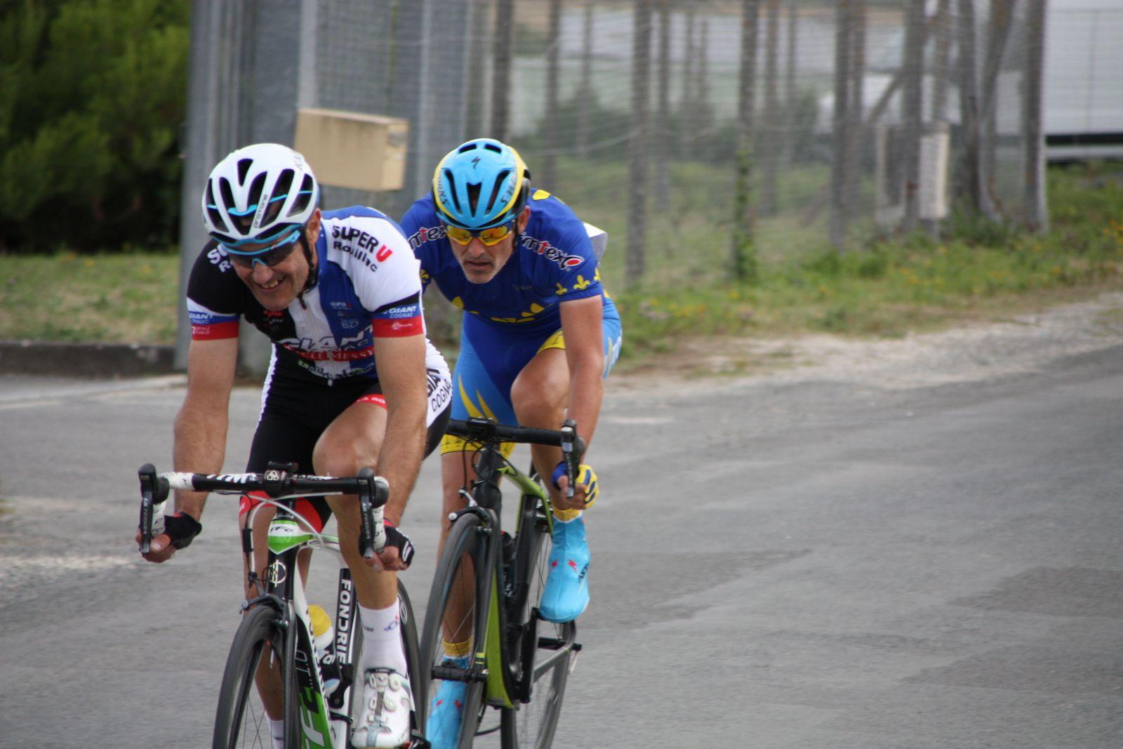 Les  2  coureurs  sont  déterminés  à  aller  chercher  la  victoire
