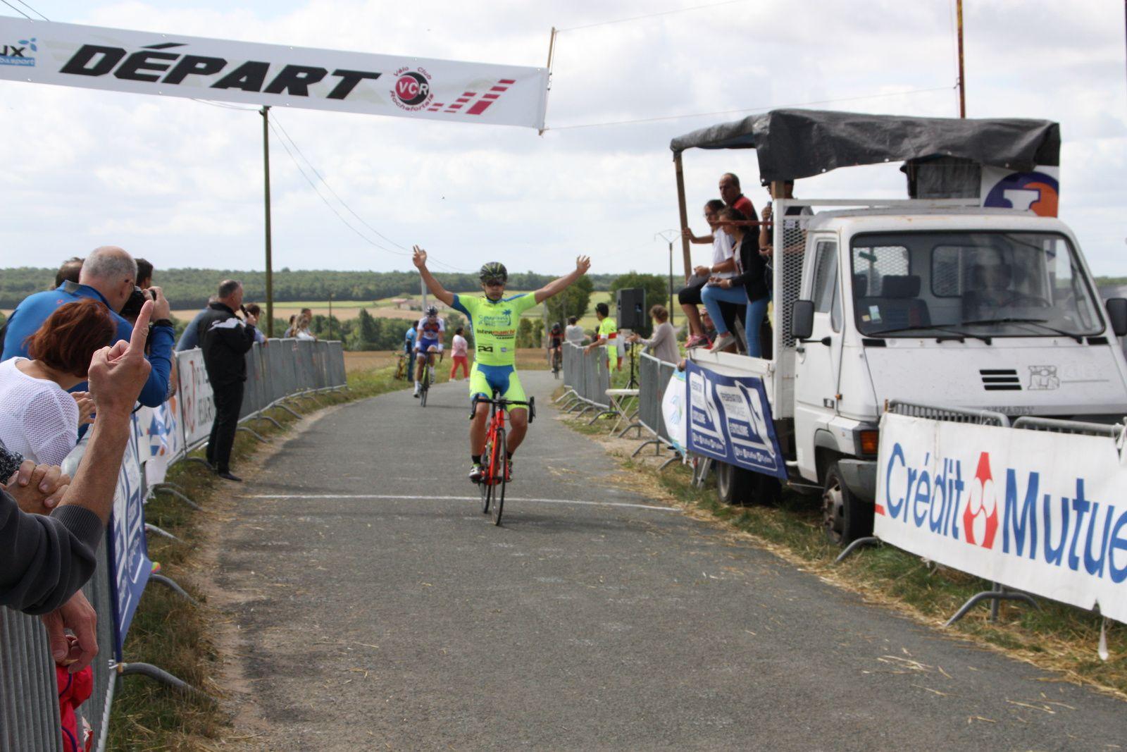 L'arrivée  et  la  belle  victoire  pour  Cyril  VIGIER(VCC  Marennes)