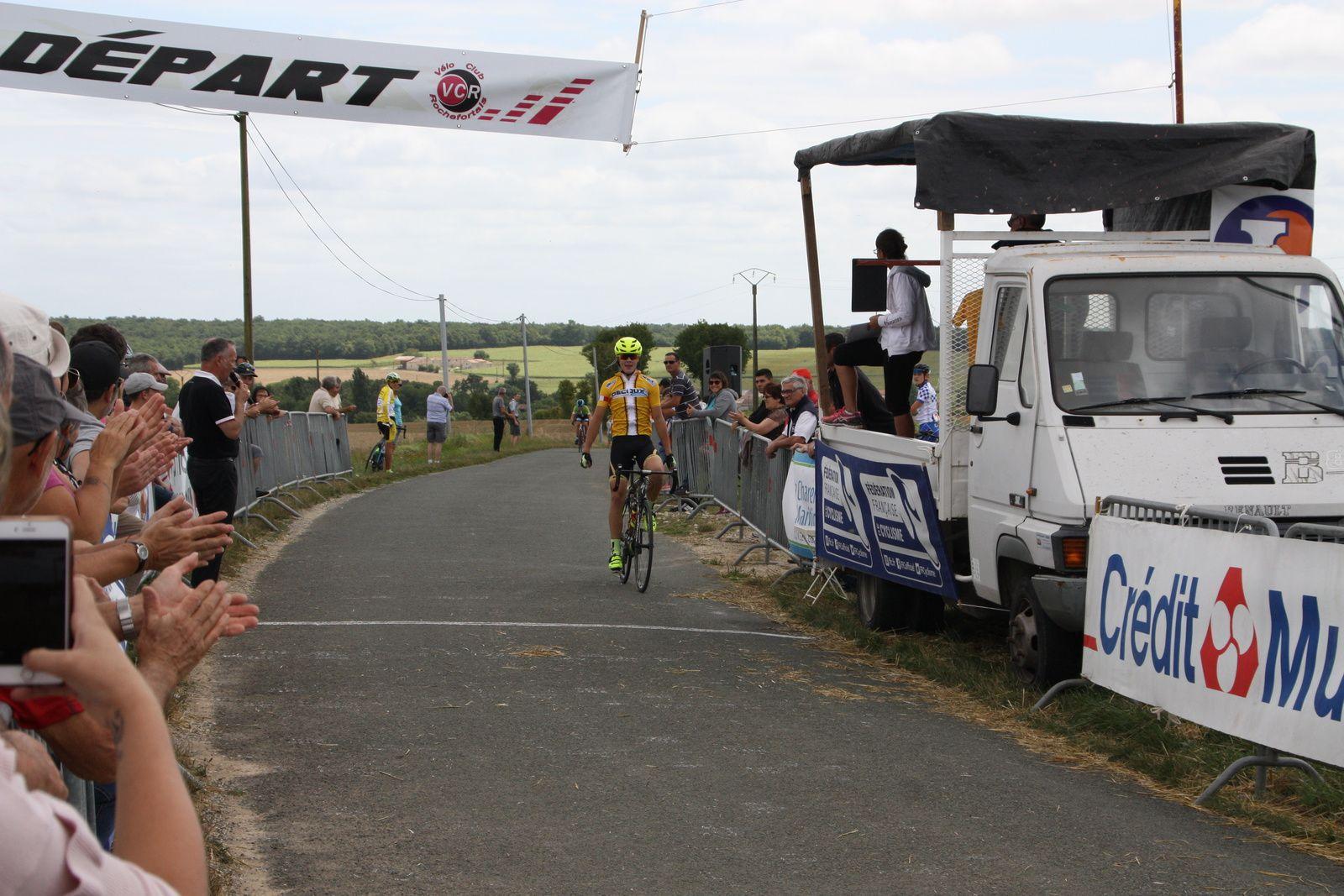 L'arrivée  et  la  victoire  pour  Yannis  SEGUIN(Angouléme  VC)