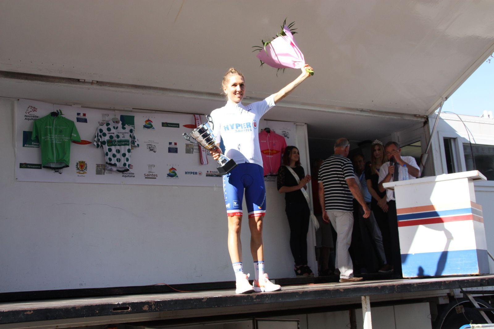 La  lauréate  du  classement  final  au  micro  d'Alain  LAGARDE