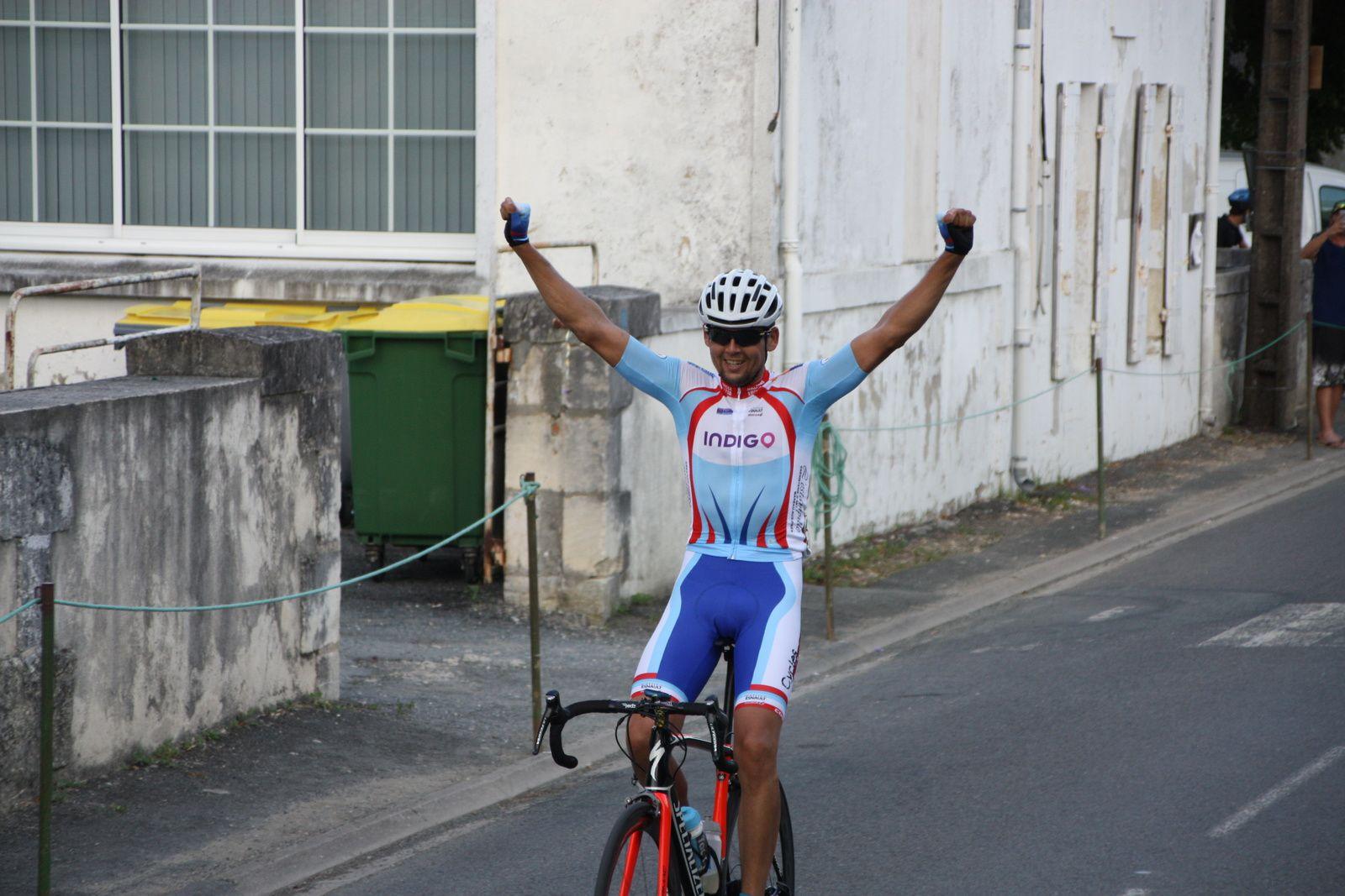 L'arrivée  et  la  victoire  pour  Sébastien  CHAMPALOU(CG  Orléans-Loiret)