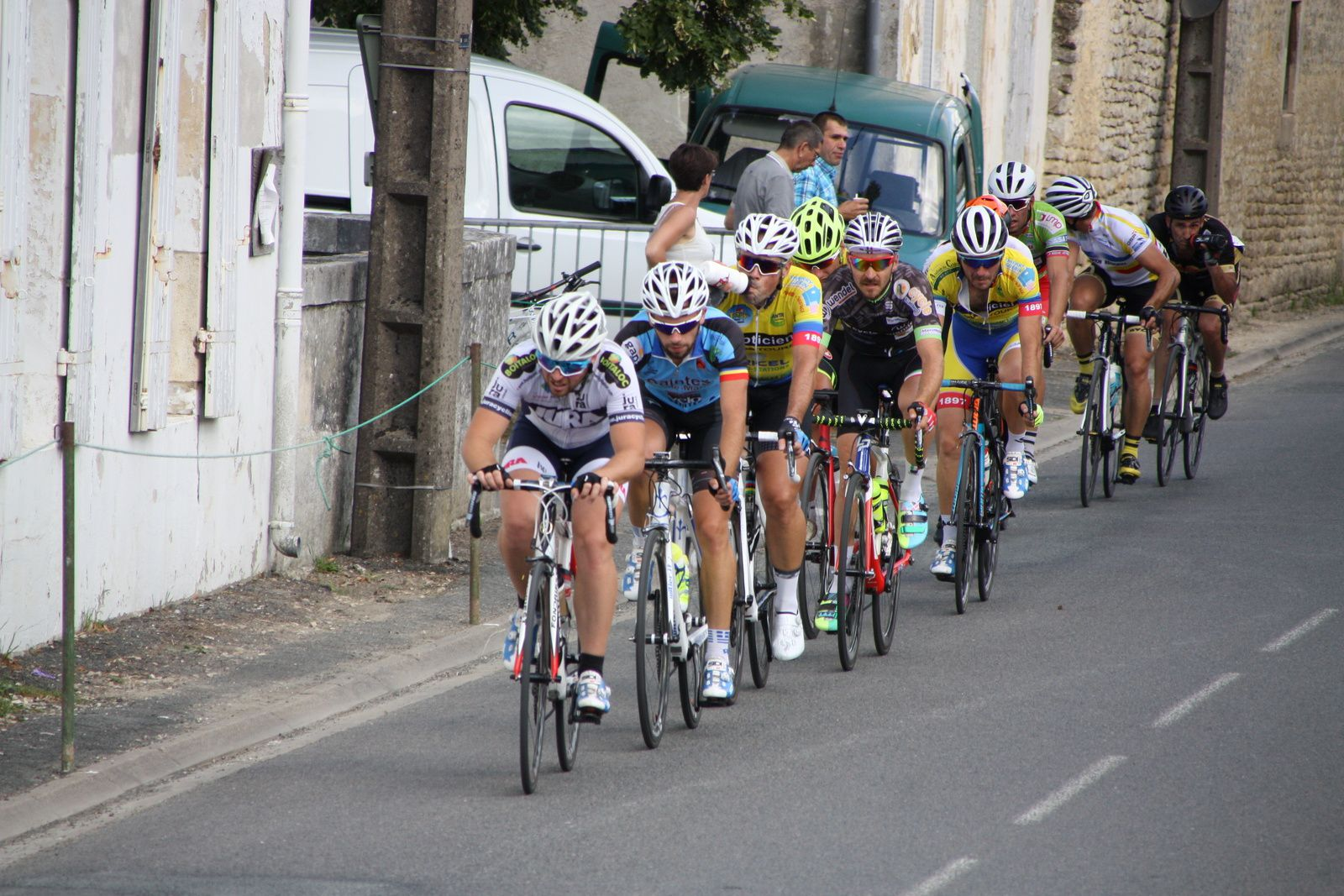 Nouvelle  configuration  Corentin  NADON  est  repartit  avec  Sébastien  CHAMPALOU, Clément  MOLINOT  emméne  le  peloton
