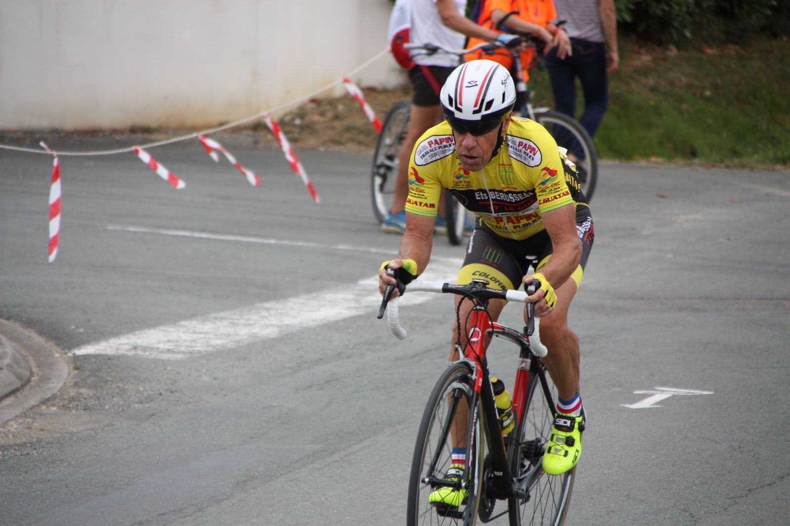 Arrivée  et  victoire  pour  Jean-Pierre  BARDET(VC  Jarnac) , 3e  place  pour  Patrice  OCQUETEAU(VC Le Gua)