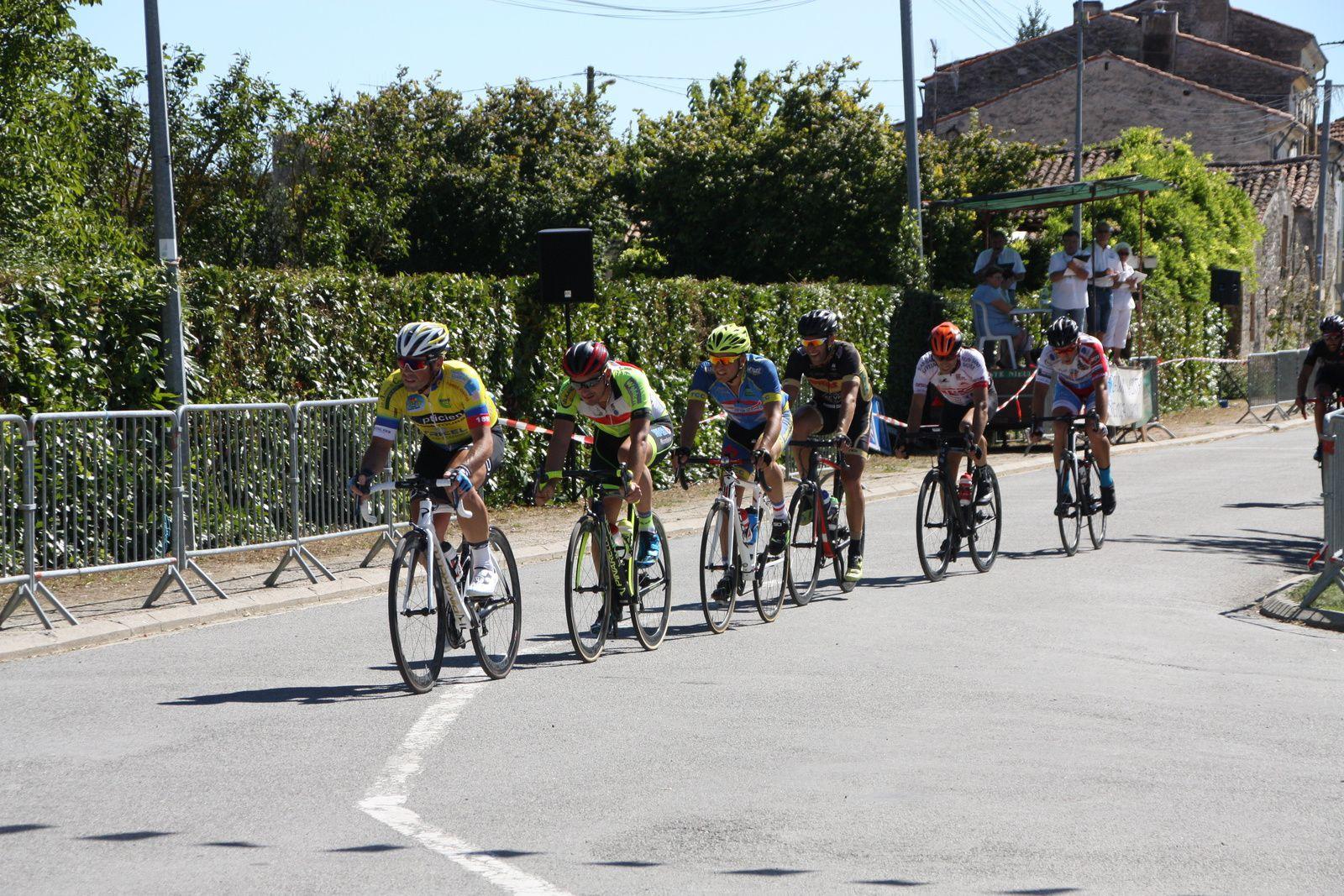 Michaél  MEYTOU  tente  de  sortir  derrriére  le  coureur  de  l'AC  Jarnac-Aigre-Rouillac