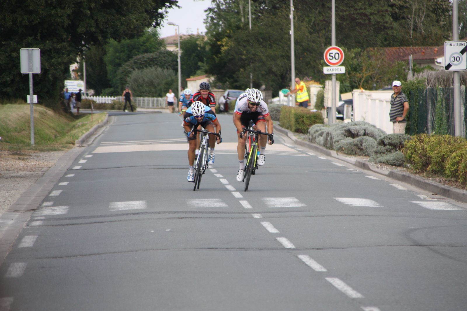 Arrivée  au  sprint  et  victoire  pour  Corentin  NADON(AC 4B), 2e  Emmanuel  CHARPENTIER(VC  Saintes)