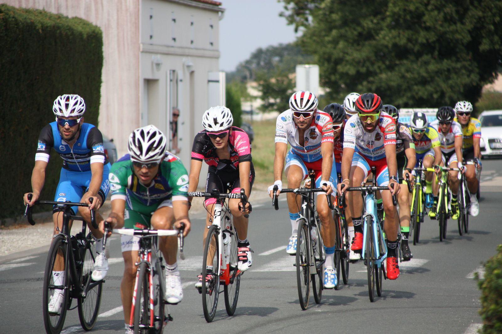 A  2  tours  de  l'arrivée  Nicolas  CRESPO  emméne  devant  Corentin  NADON  et  Emmanuel  CHARPENTIER