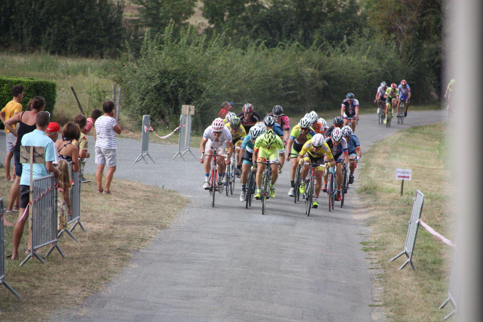 Regroupement  dans  le  dernier  tour   et  la  victoire  se  joue  au  sprint, elle  revient  à  un  individuel  Didier  PICHAUD.