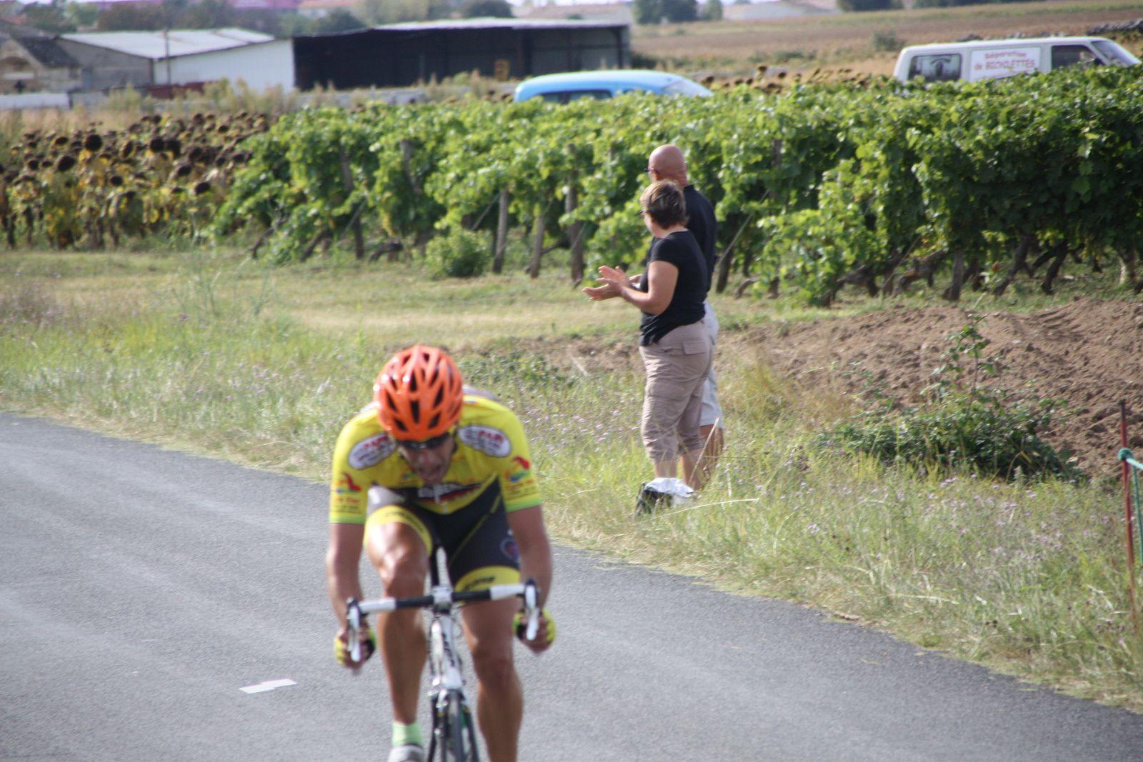 Le  coureur  du  CC  St  Agnant  repris  c'est  Jérome  BERTRAND   qui  tente  de  sortir
