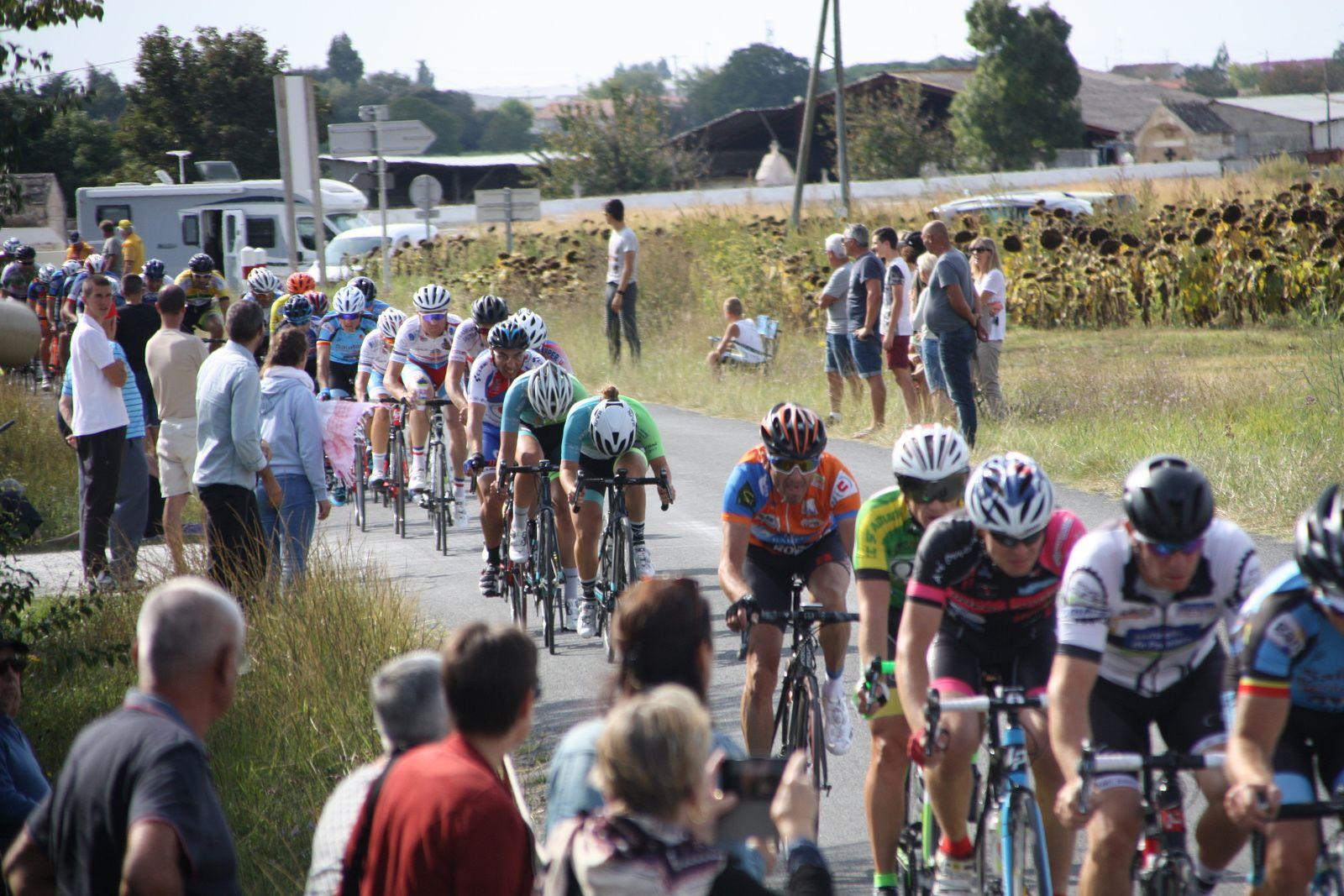 Le  coureur  du  CC  St  Agnant  voit  l'écart  se  réduire  avec  le  peloton  emmené  par  Christophe  VEILLON, Jérome  BERTRAND  et  Guillaume  VIVIER
