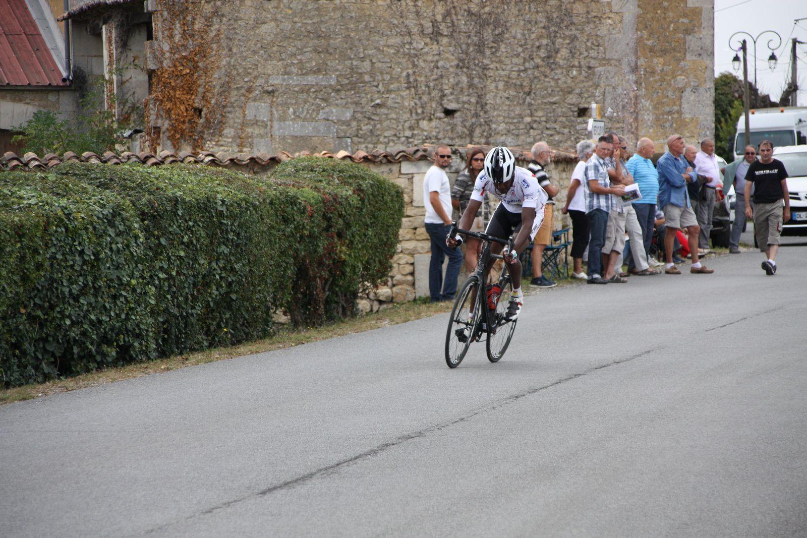 Sébastien  DILLERIN  est  sortit  seul , Franck  BERNARD  est  en  contre.