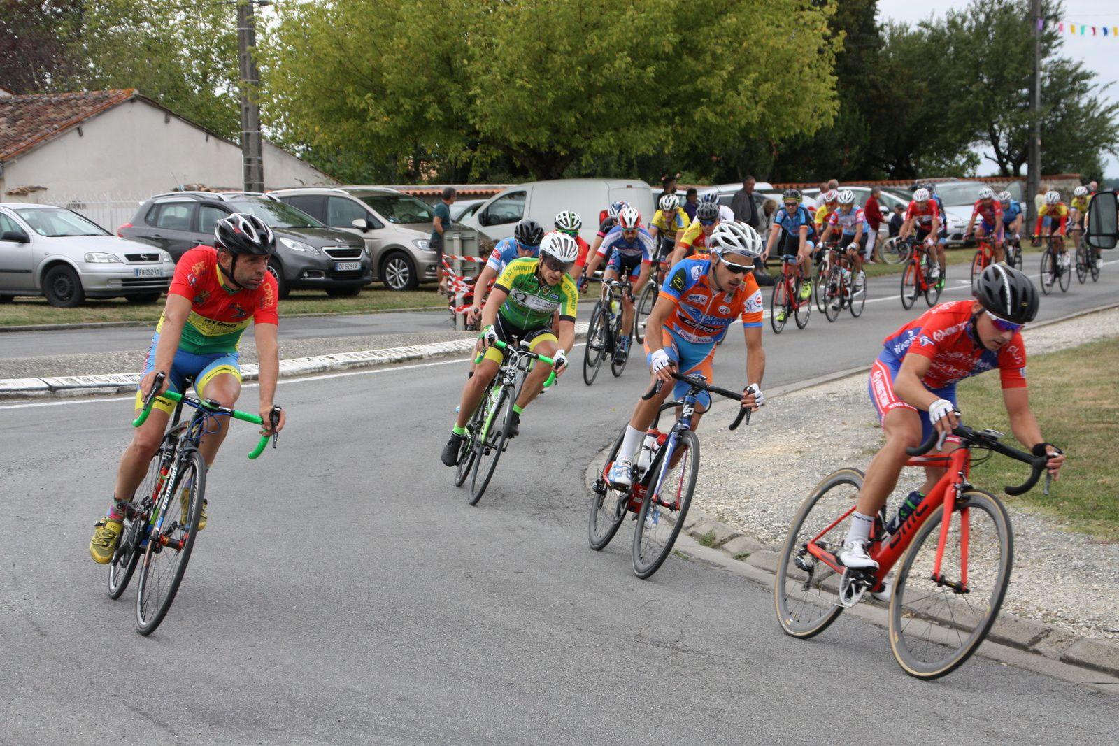 Dans  le  groupe  de  tête  le  coureur  au  maillot  vert  semble  le  plus  actif  devant  Quentin  FOUSSARD  et  Jérome  SUBRA, Pascal  PERROCHEAU  est  partit  en  contre