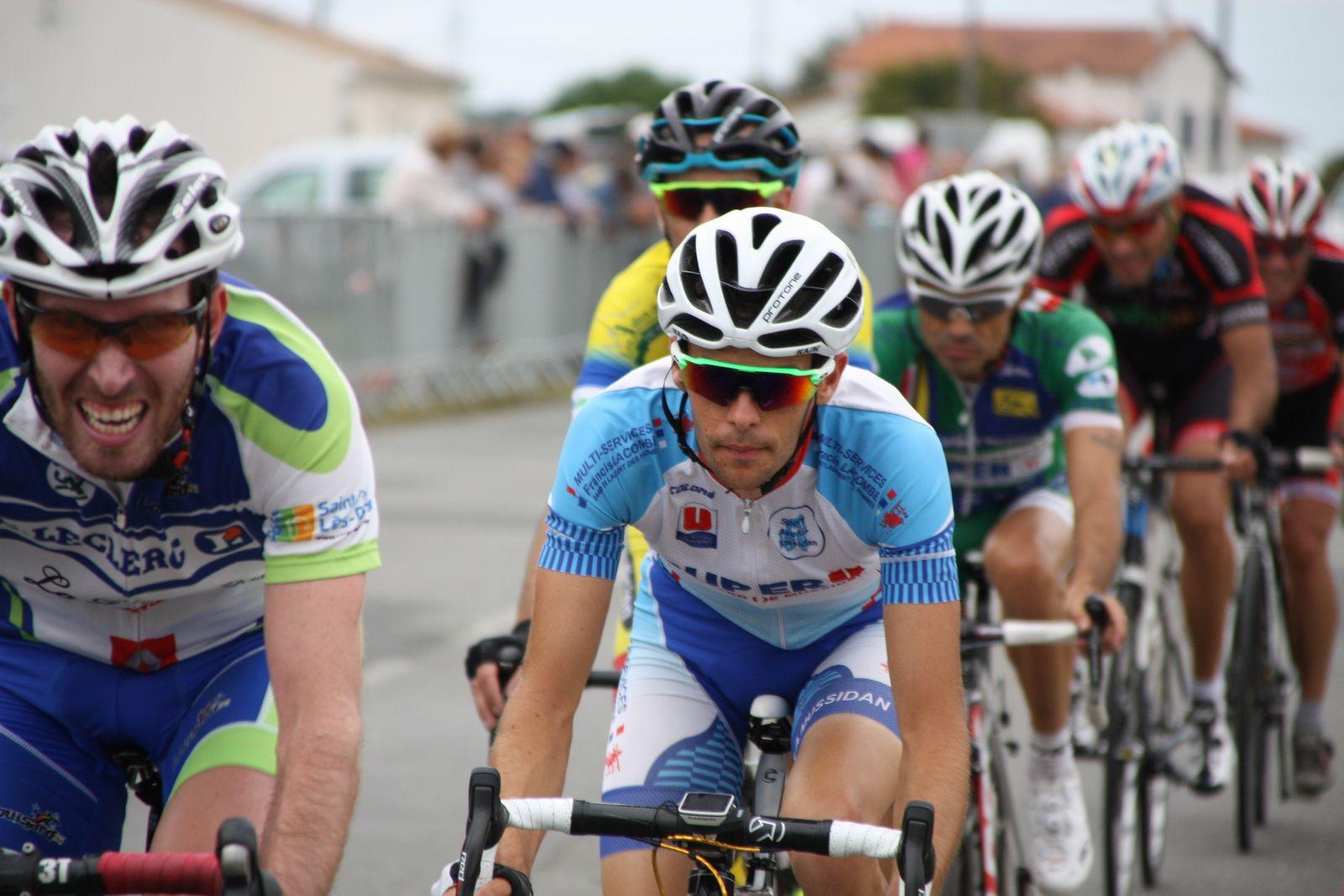 Laurent  LEVEQUE  est  partit  seul  alors  que  Thomas  VALENTIN  s'accroche.