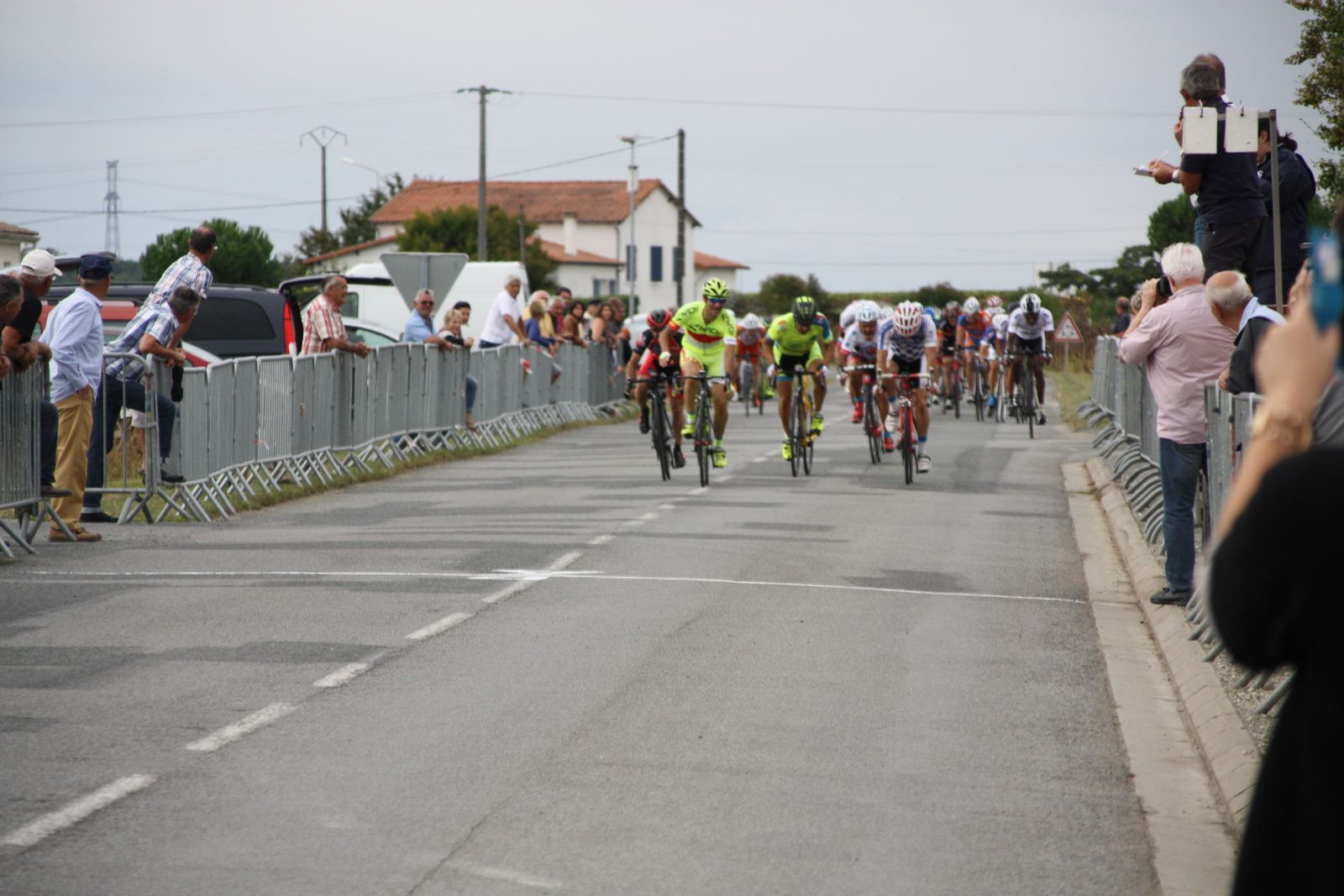 L'arrivée  et  la  victoire  au  sprint  pour  Didier  PONT, 2e  Philippe  PIOCHON(CC  Vervant),