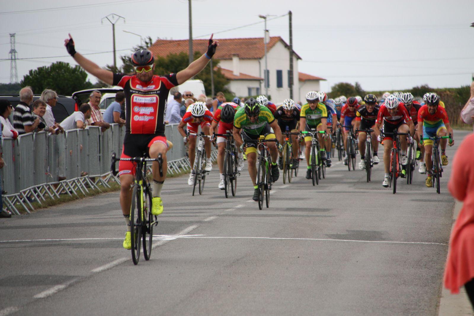 L'arrivée  au  sprint  et  la  victoire  pour  Stéphane  BOUCHET (CC  Vervant).