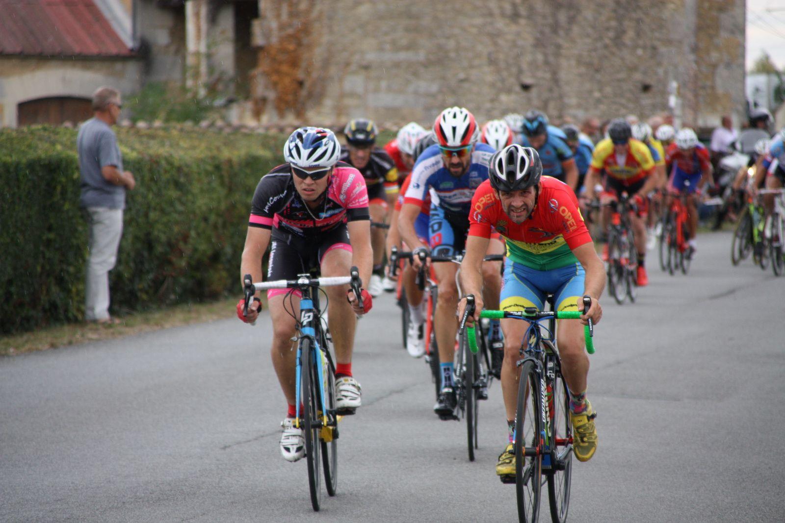 Quentin  FOUSSARD, Jérome  SUBRA  et  un  coureur  du  CC  St  Agnant  composent  ce  groupe  de  tête