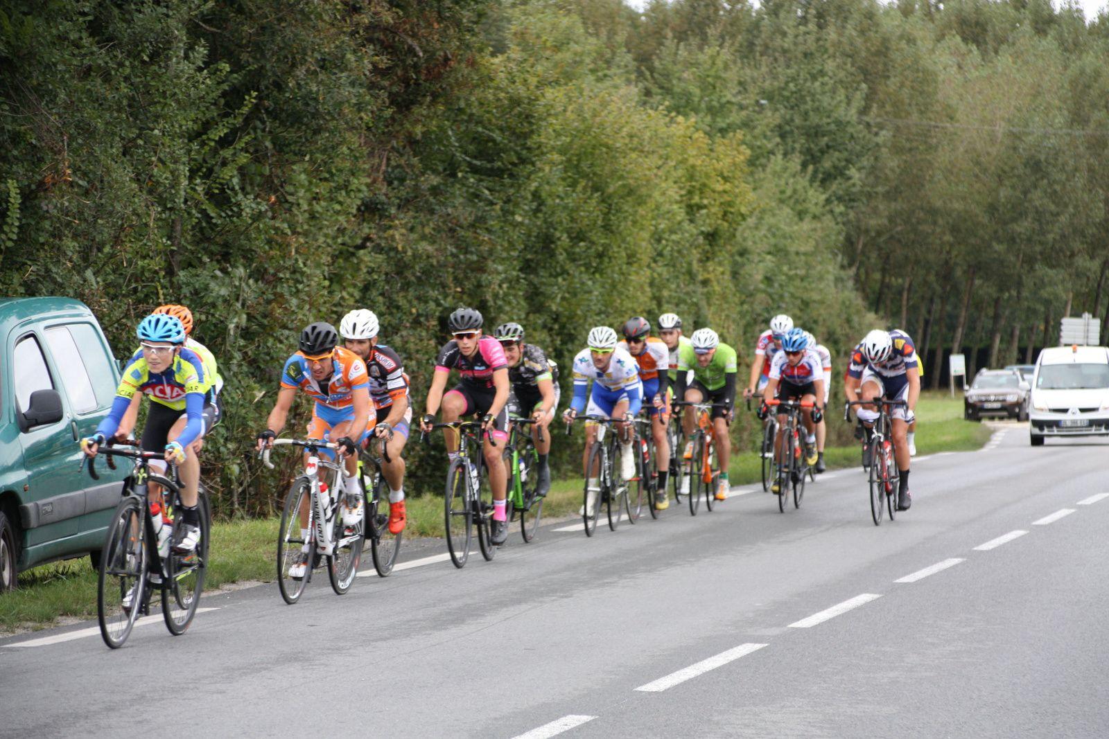"""45""""  d'avance  pour  le  groupe  de  tête  emmené  par  Julien  BELGY  qui  prépare  la  saison  de  cyclo-cross."""