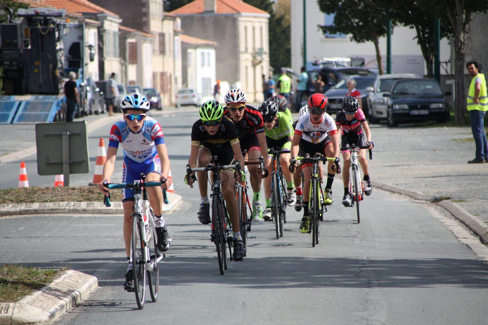 Grégory  POUVREAULT  à  pris  en  chasse  le  coureur  du  VC  Charente-Océan