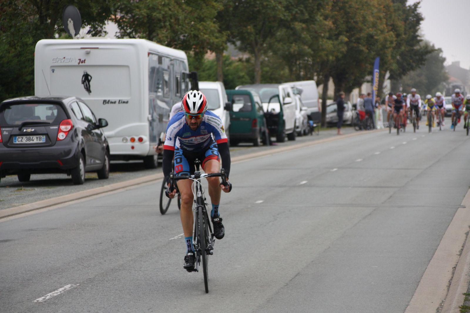 Cyril  POTY  et  un  coureur  du  VC  Lucon  se  sont  détachés, Michaél  AIRAUD  tente  de  revenir