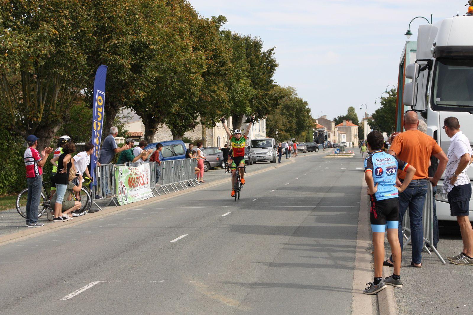 L'arrivée  et  la  victoire  pour  Clément  FRANCAIS(CC  Abzac), 2e  Cédric  BESSAGUET(VC  Rochefort)