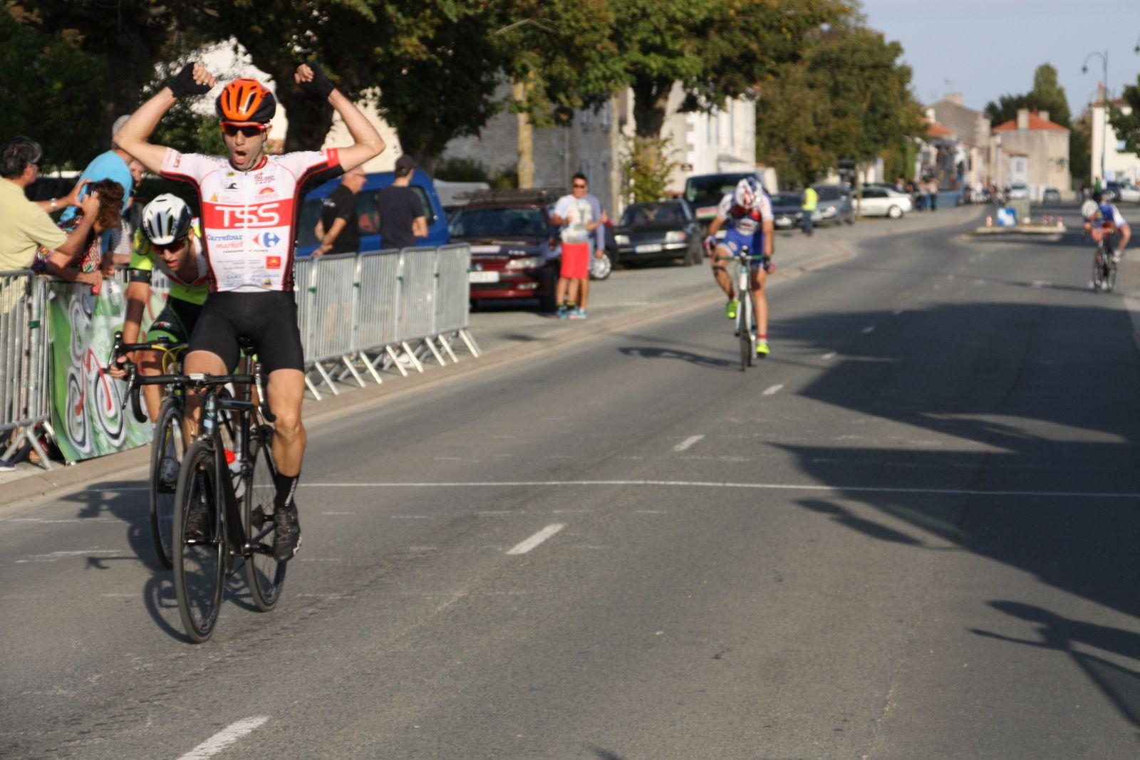 L'arrivée  et  la  3e  victoire  sur  la  journée  pour  un  coureur  du  T  St  Sauveur  Thomas  PEREZ, 2e  Romain  BELON(EC 3M),