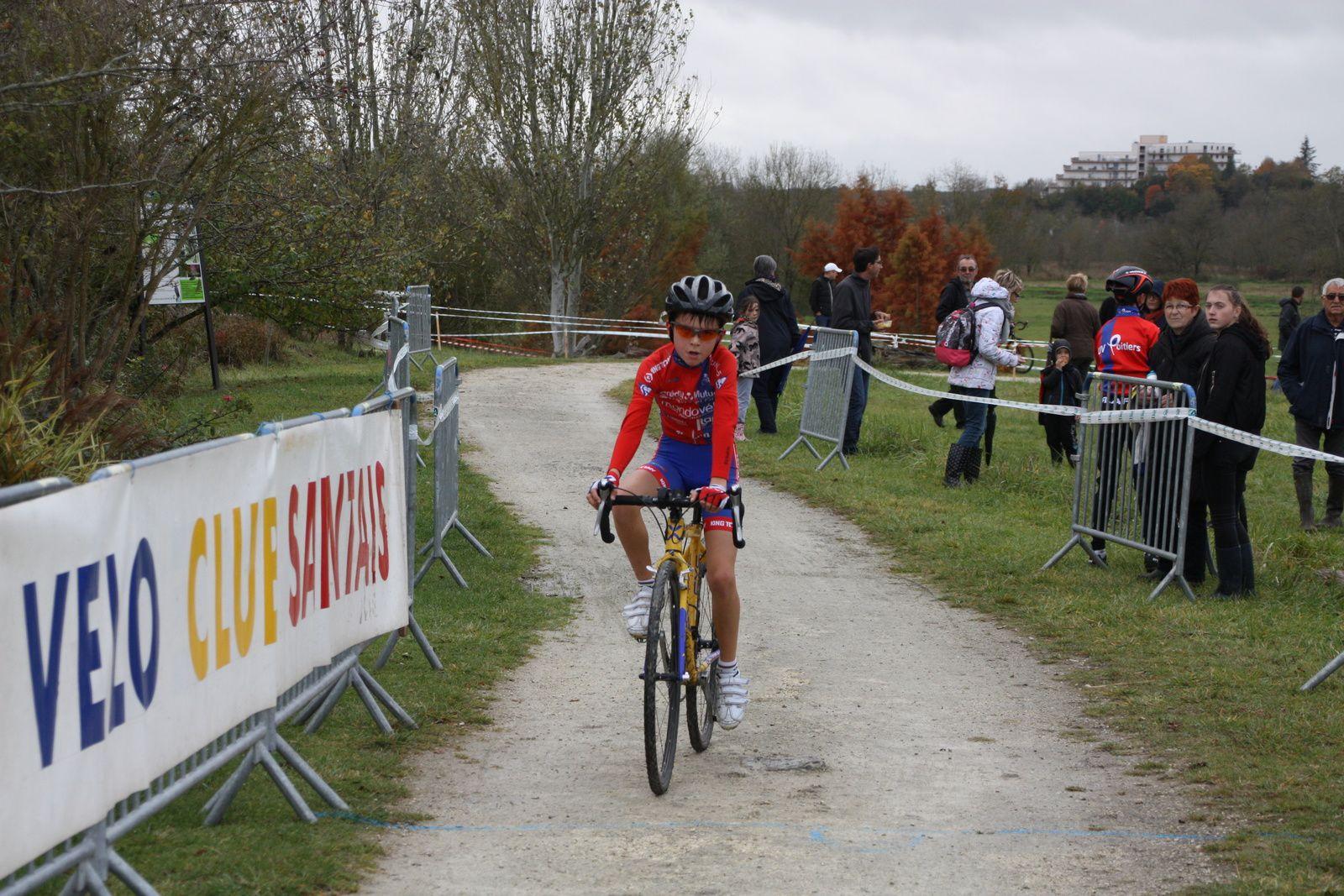 l'arrivée  des  Pupilles  avec  la  victoire  pour  Clément  CHAVANEL(AC  Chatellerault), 3e  Sébastien  FAURE (AC  Macqueville 17)