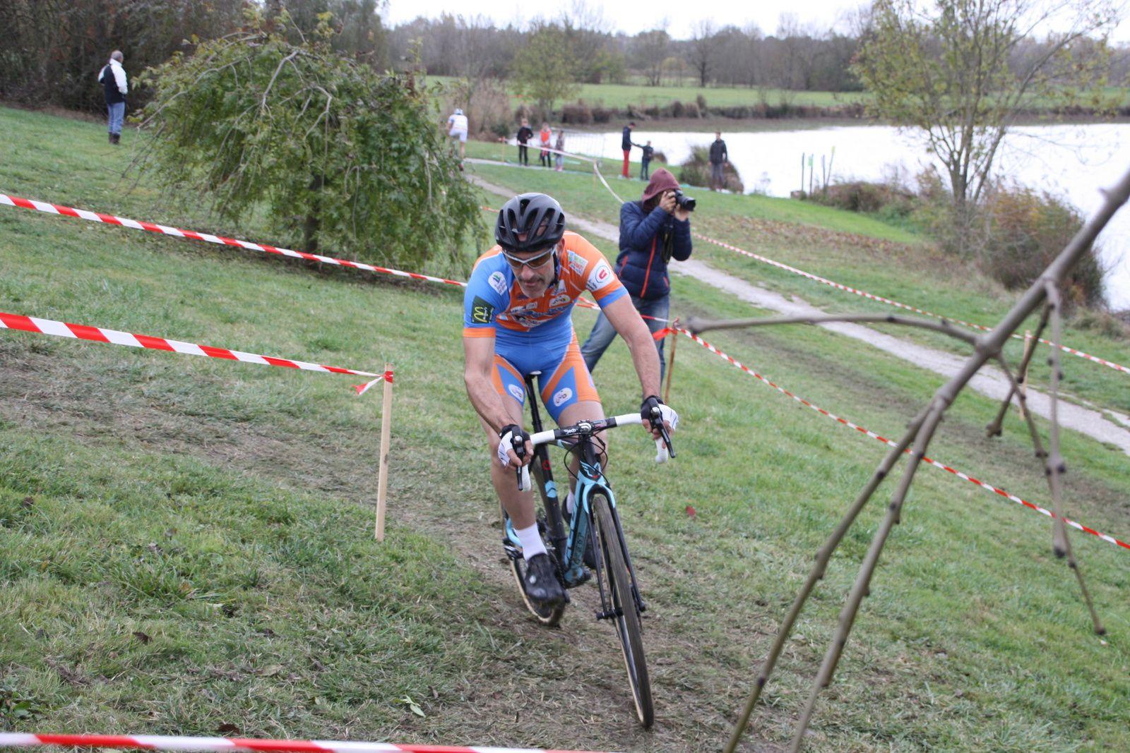 Le  coureur  du  CC  Marmande  essaie  de  creuser  l'écart