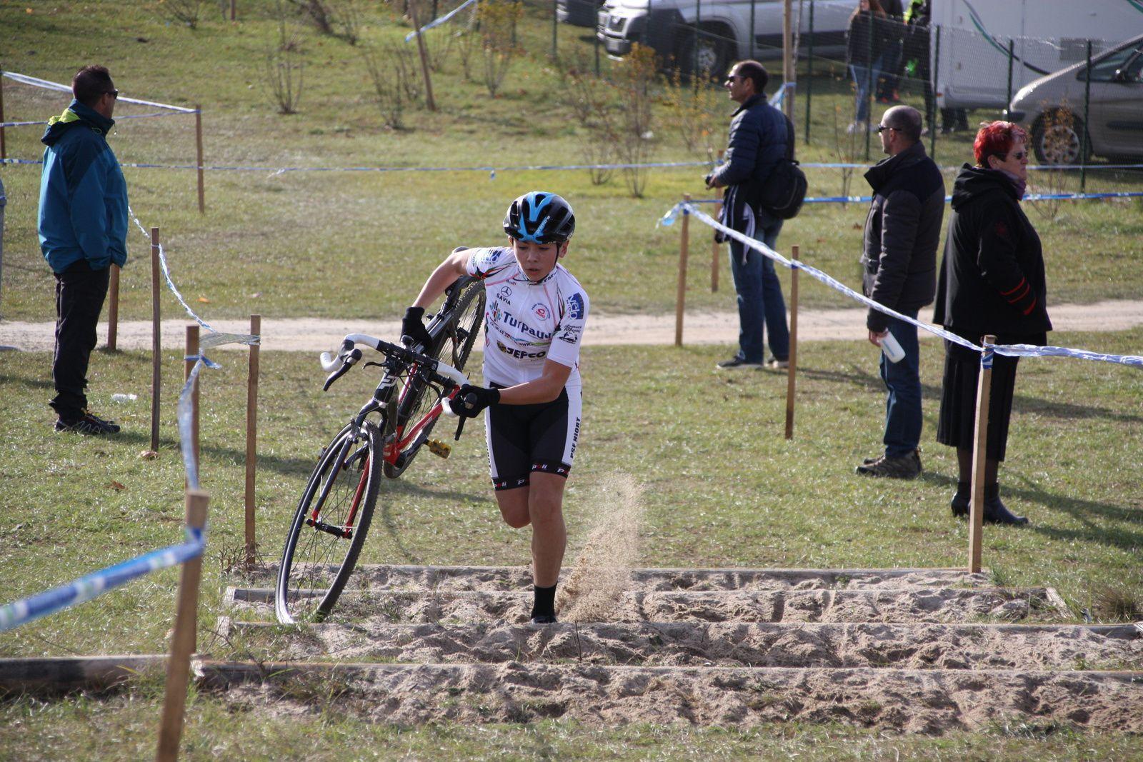 Le  coureur  du  VC  Charente-Océan  semble  se  détacher