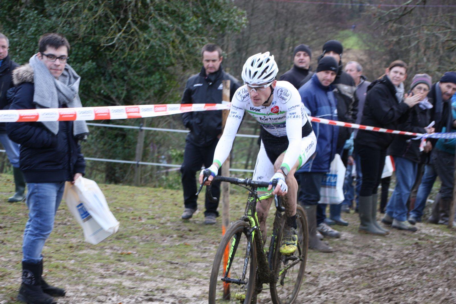 Le  champion  de  France  essaie  de  creuser  l'écart  avec  le  coureur  de  Fortunéo  alors  que  Thomas  BONNET  et  Lilian  CALMEJADE  sont  à  la  lutte  pour  la  3e  place