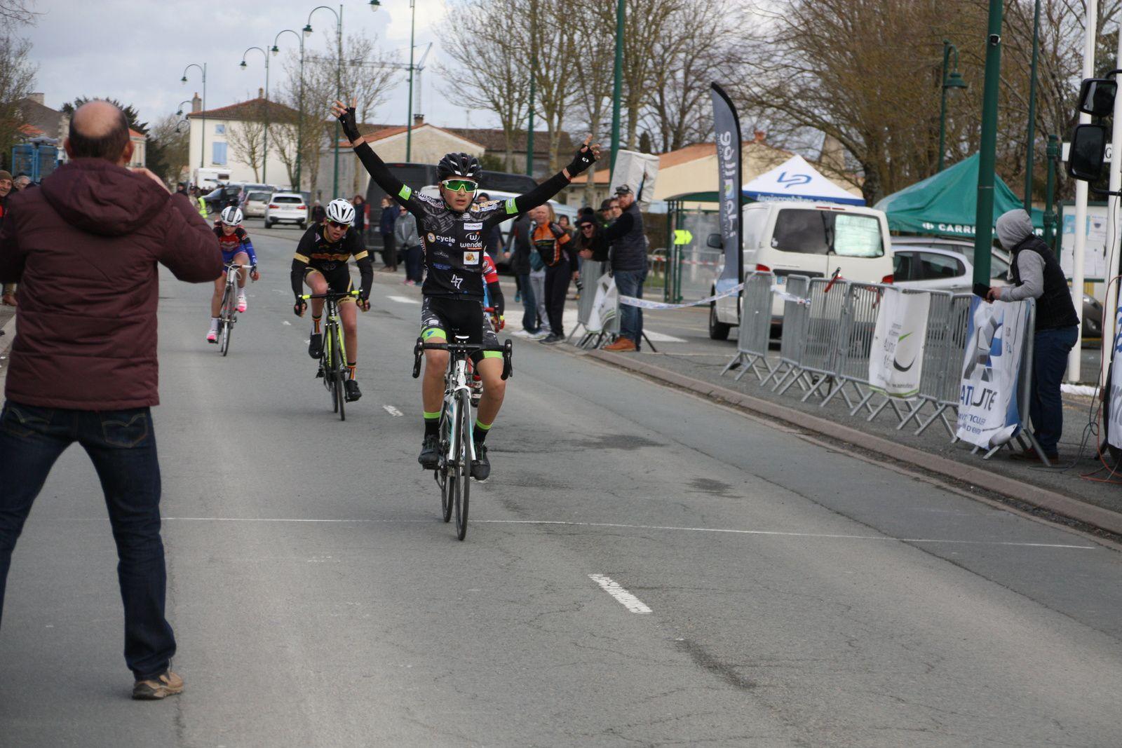 L'arrivée  et  la  victoire  pour  Alan  GUILLOT(CC  Marmande)
