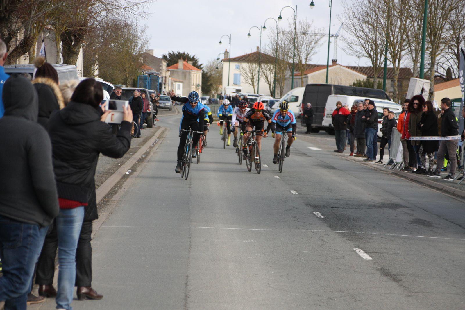 L'arrivée  et  la  victoire  pour  un  non-licencié  Fabien  CARLO , 2e Olivier  BEAUFORT (RL  St Savinien),3e  Philippe  LECHEVALLIER(VC  Saintes)