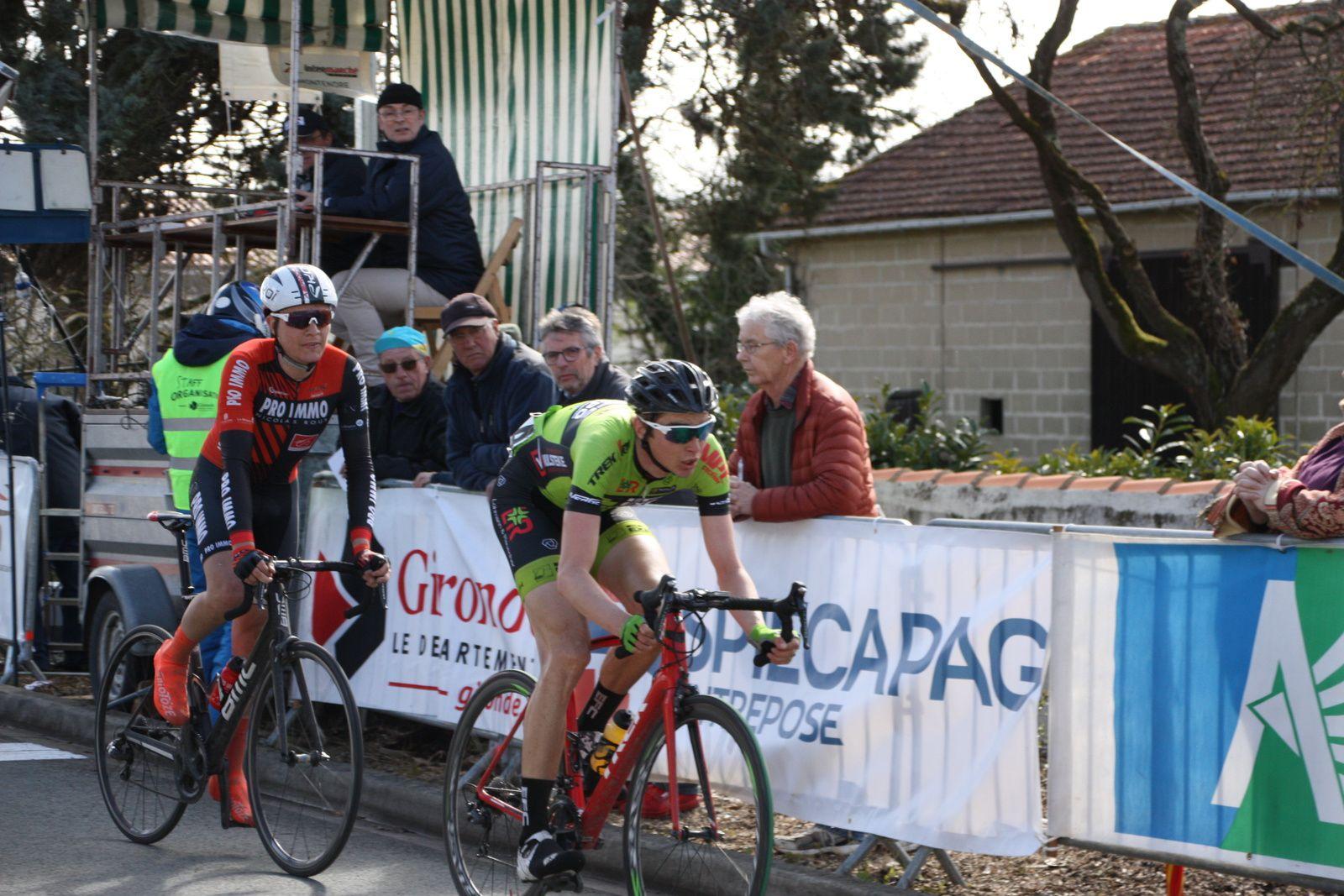 A  1  tour  de  l'arrivée  un  coureur  de  St Michel-Auber  est  sortit  en  contre