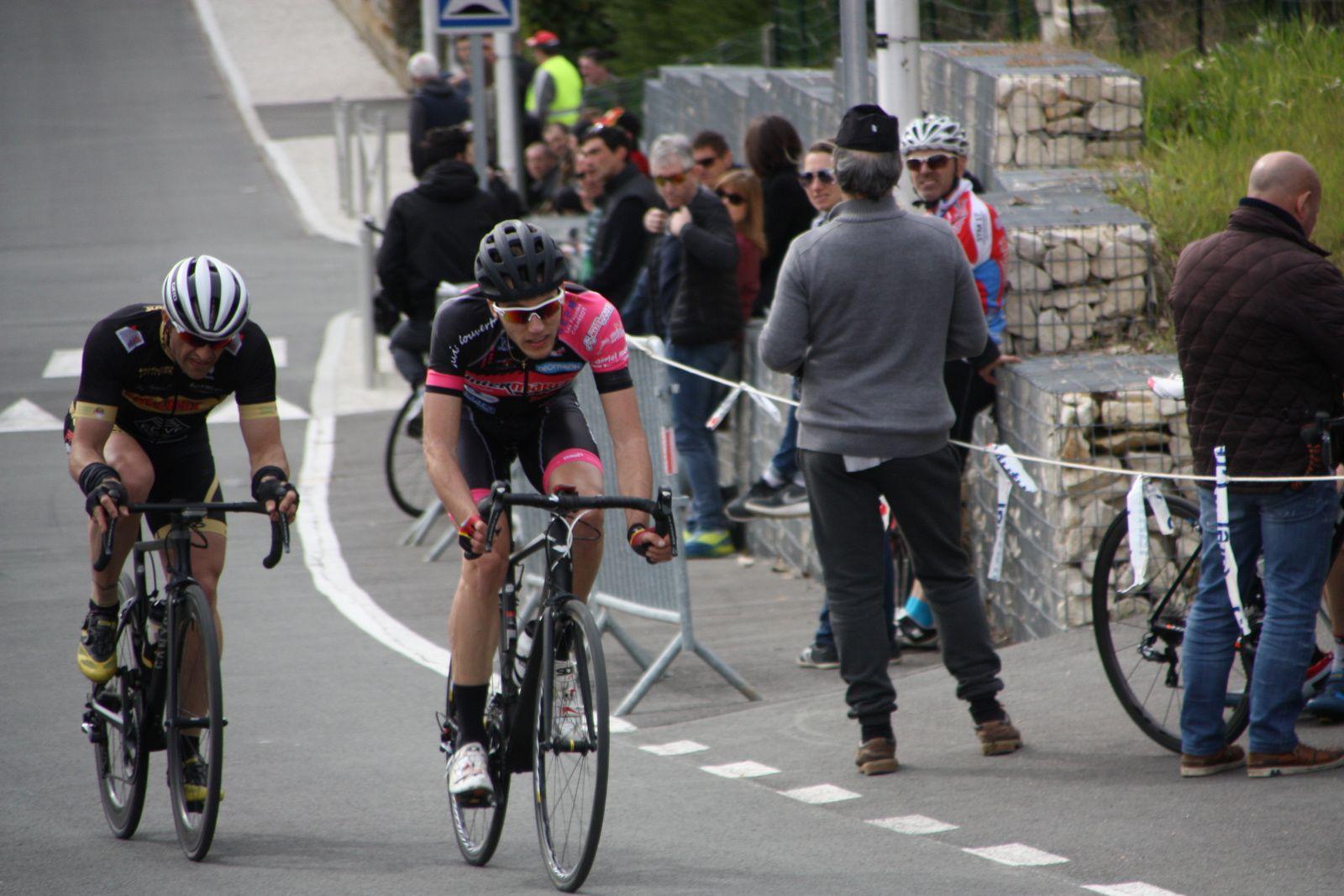 Les  deux  coureurs  font  le  forcing  a  2  tours  de  l'arrivée