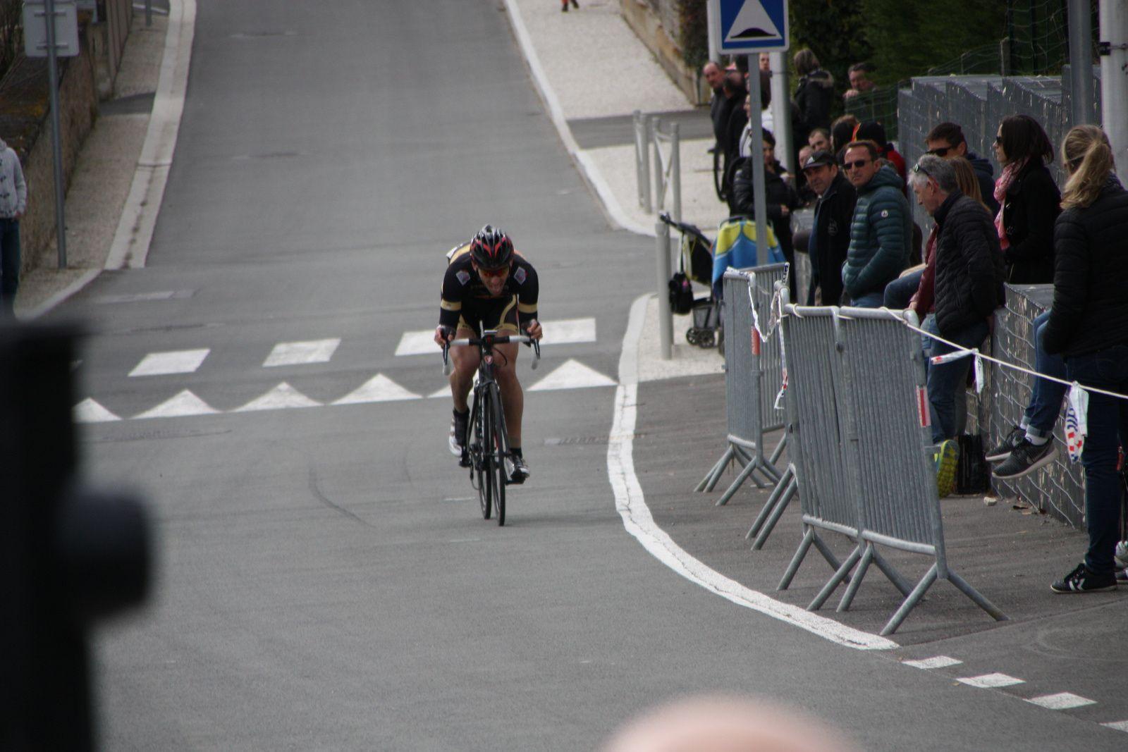 retour  de  Damien  PINOT  en  tête  de  course  à  1  tour  de  l'arrivée