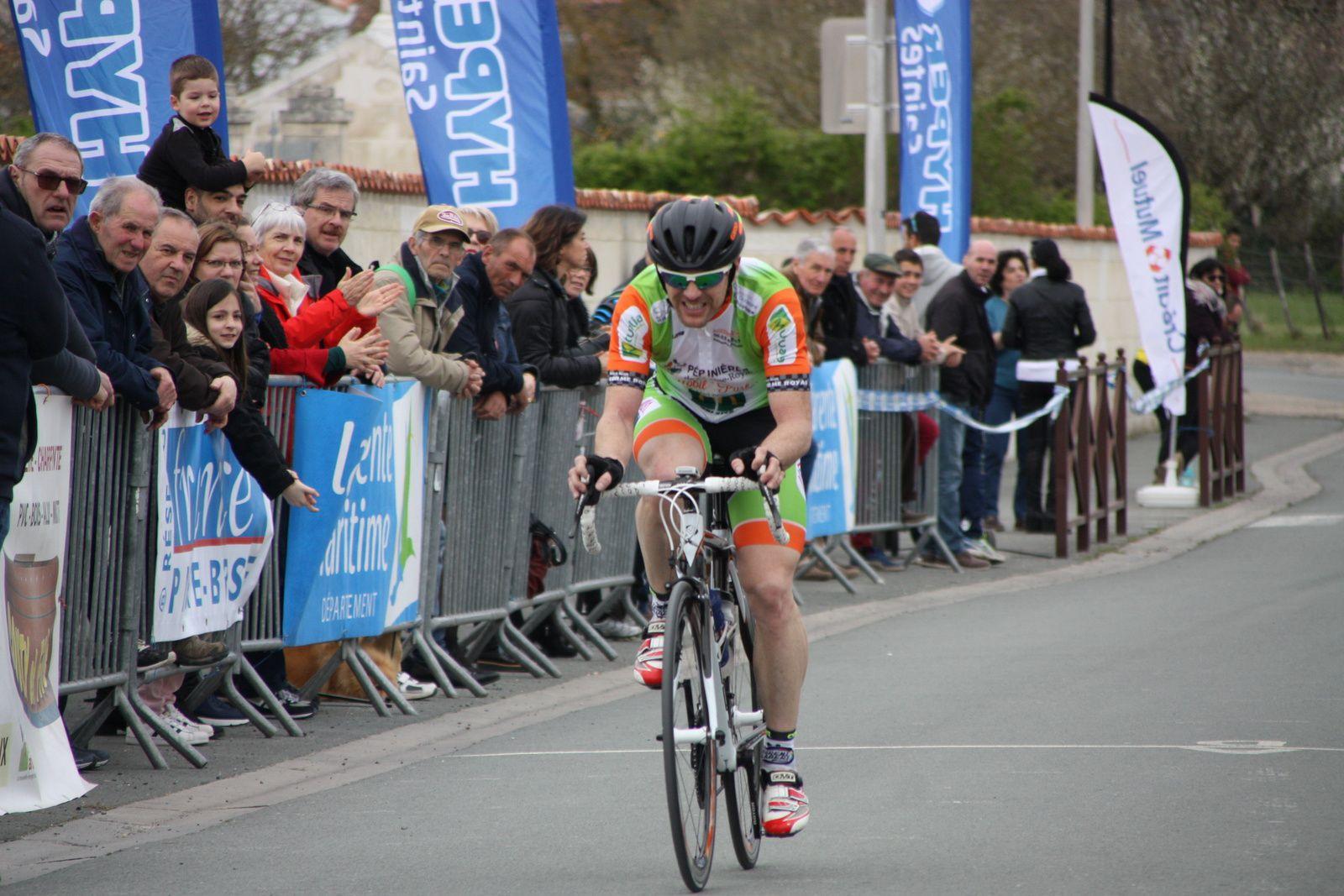 A  1  tour  de  l'arrivée  Jérome  PELAUD  file  vers  la  victoire