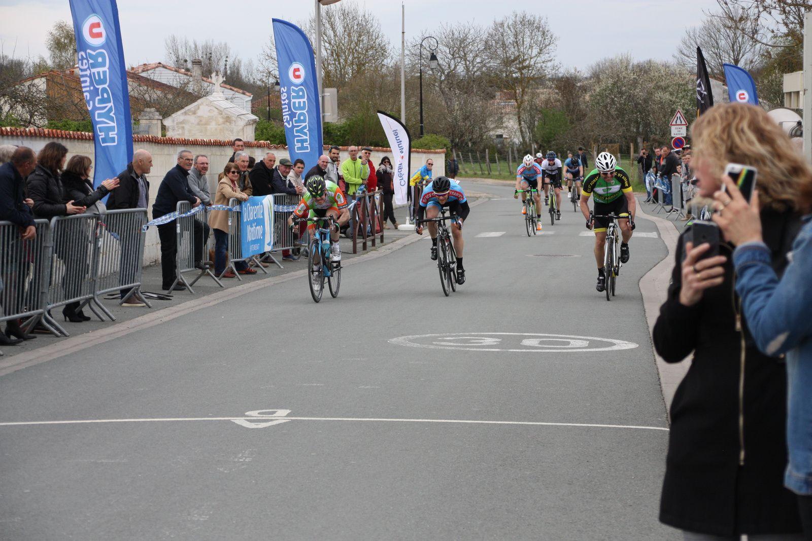 8e  Yohan  PELAUD(VC  Corme-Royal), 9e  Harold  SALABERT(CC  St Agnant), 10e  Clément  LAURENT(VC  Saintes)