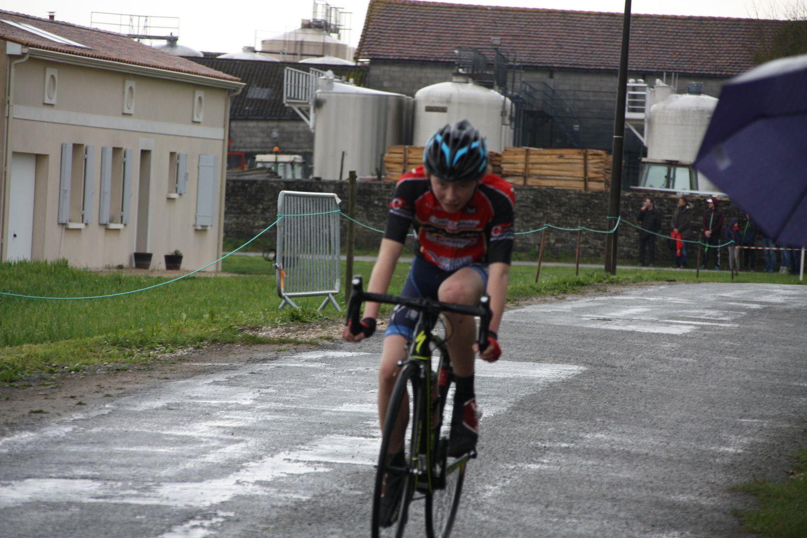 A  1  tour  de  l'arrivée  le  saintais  HINTZY  tente  de  partir, Romain  ROSELLO  en  difficulté.