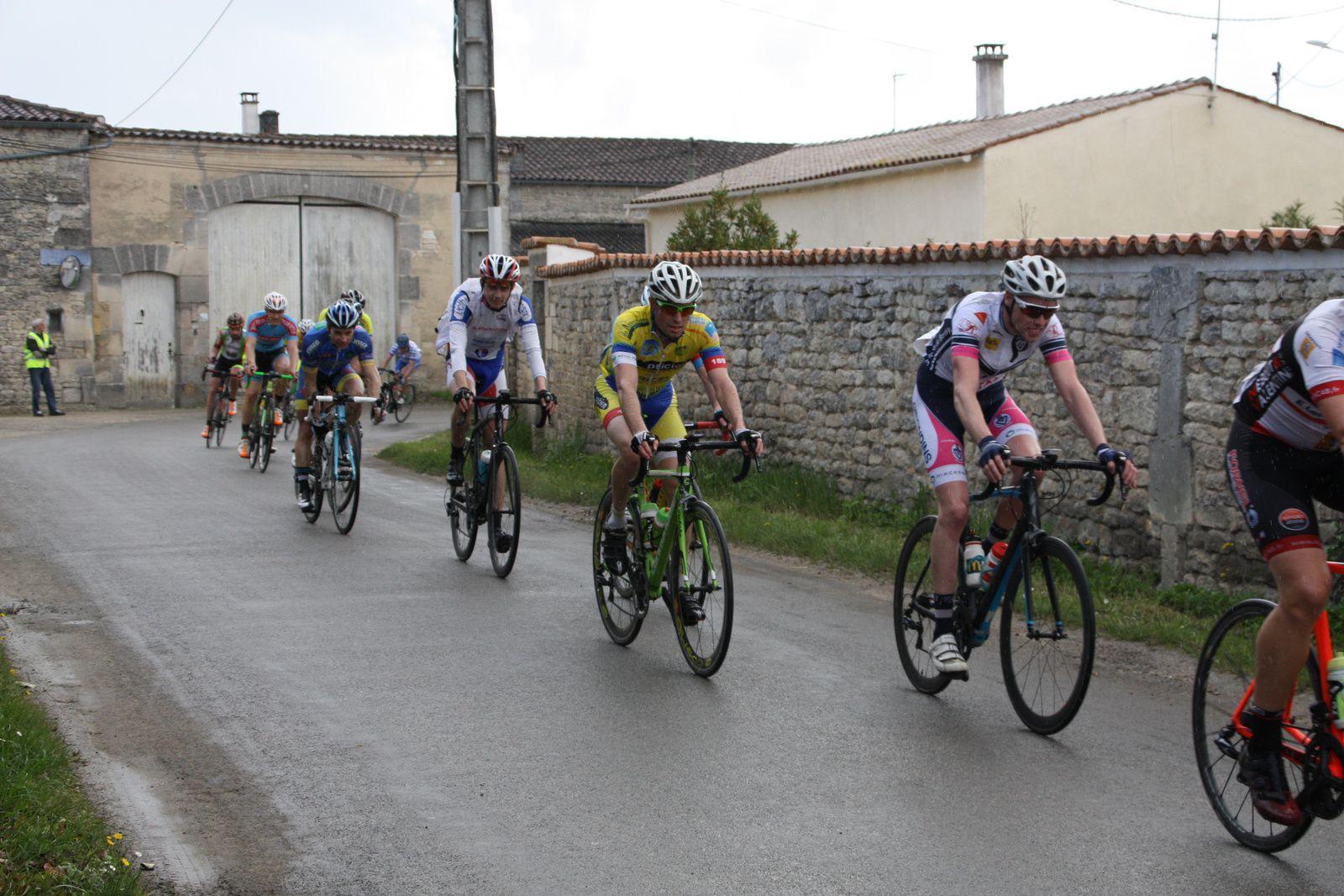 On  retrouve  Cyril  VIGIER, Mathieu  COURJEAU, Julien  DESHAYES, Romain  LAVALADE, Julien  FIACRE  dans  ce  groupe  de  tête.