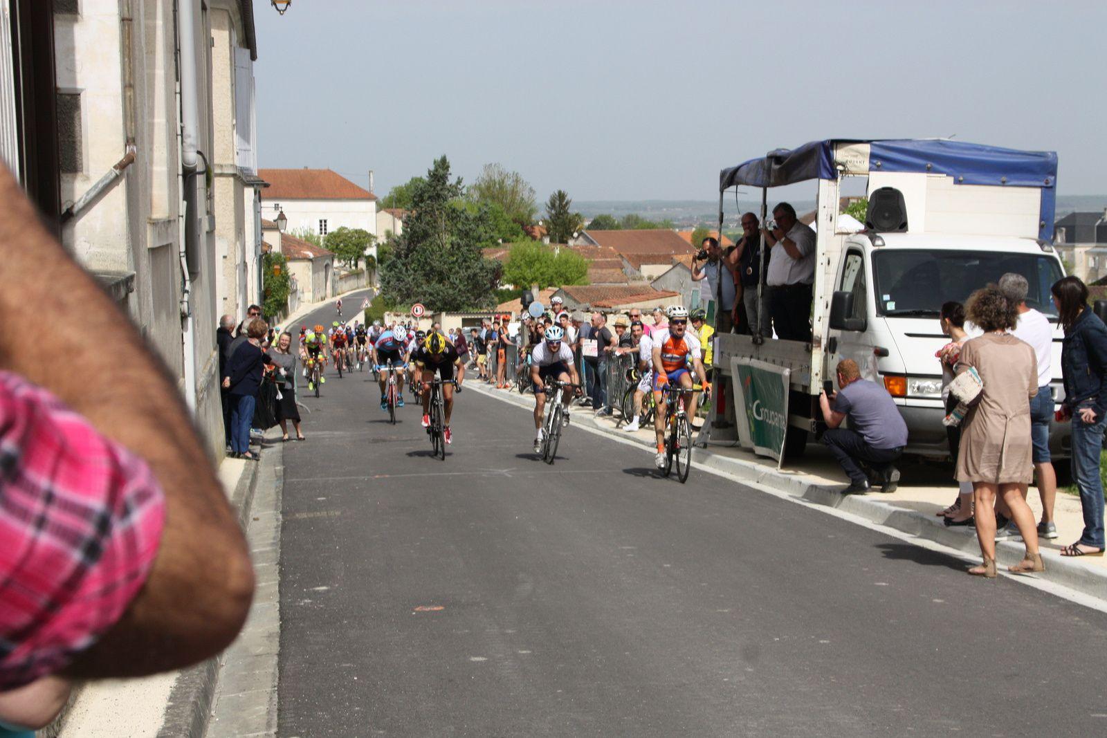 L'arrivée  et  la  victoire  pour  MAUTRE(UA La Rochefoucault), 2e  Mathieu  BRANDY, 3e  Salvador  DI PERSIO(Angouléme  VC)