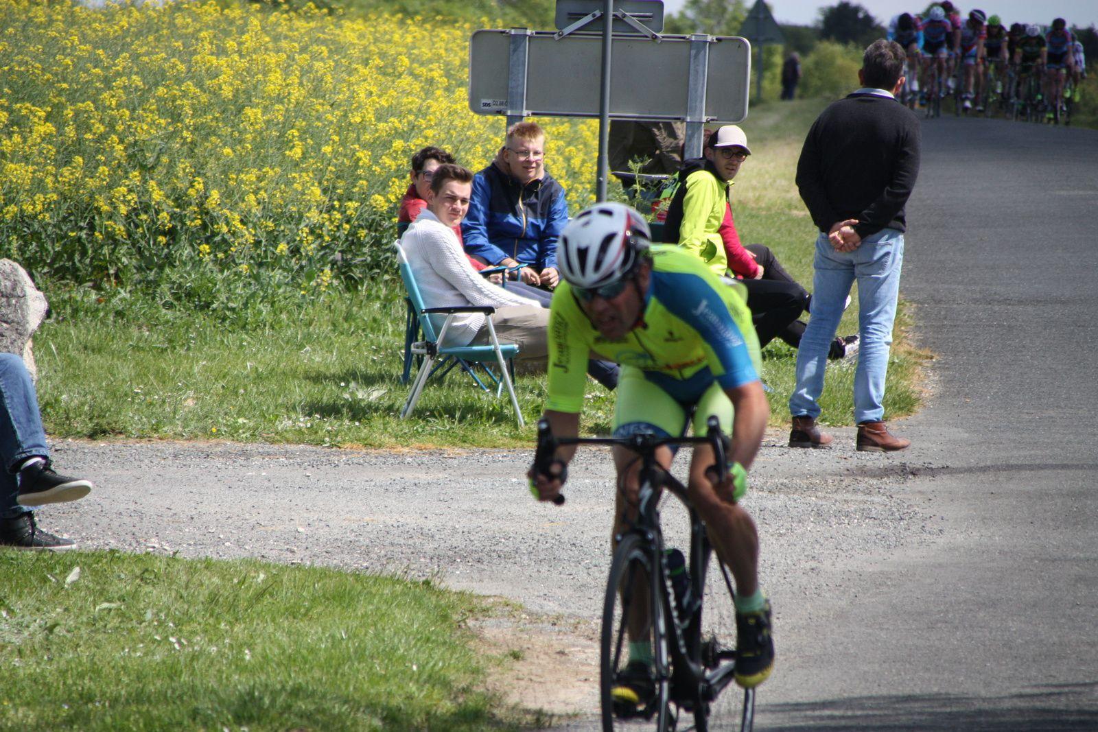 Les  2  coureurs  sont  pris  en  chasse  par  Lionel  COURJEAUD