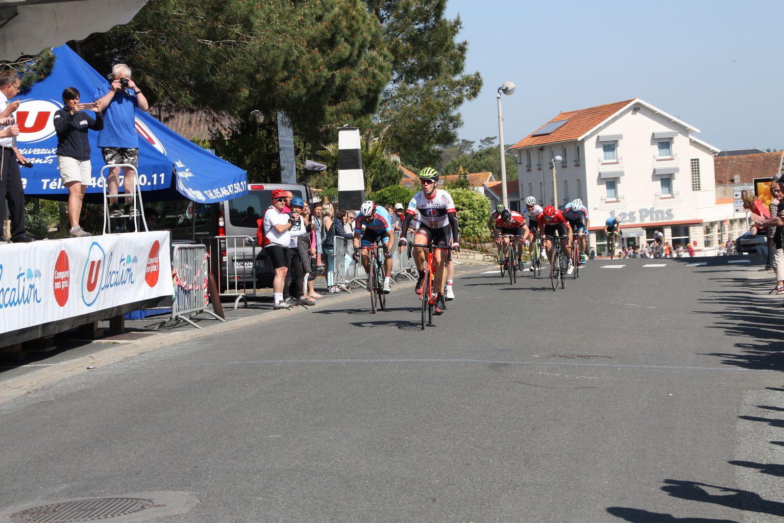 L'arrivée  et  la  victoire  pour Quentin  MARCADIER (AC 4B), 2e  Maxime  GANTIER(VC  Charente-Océan), 3e  Daniel  JURADO(VC  Saintes)