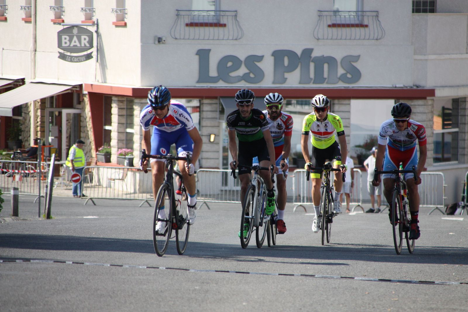 Ils  sont  maintenant  4  en  tête  avec  2  coureurs  du  VC  Charente-Océan.