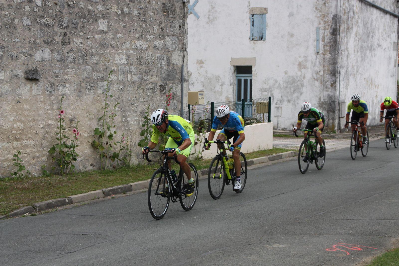 Un  autre  coureur  du  TC  Chateaubernard  est  passé  à  l'attaque  c'est  Jean-Claude  SOULARD