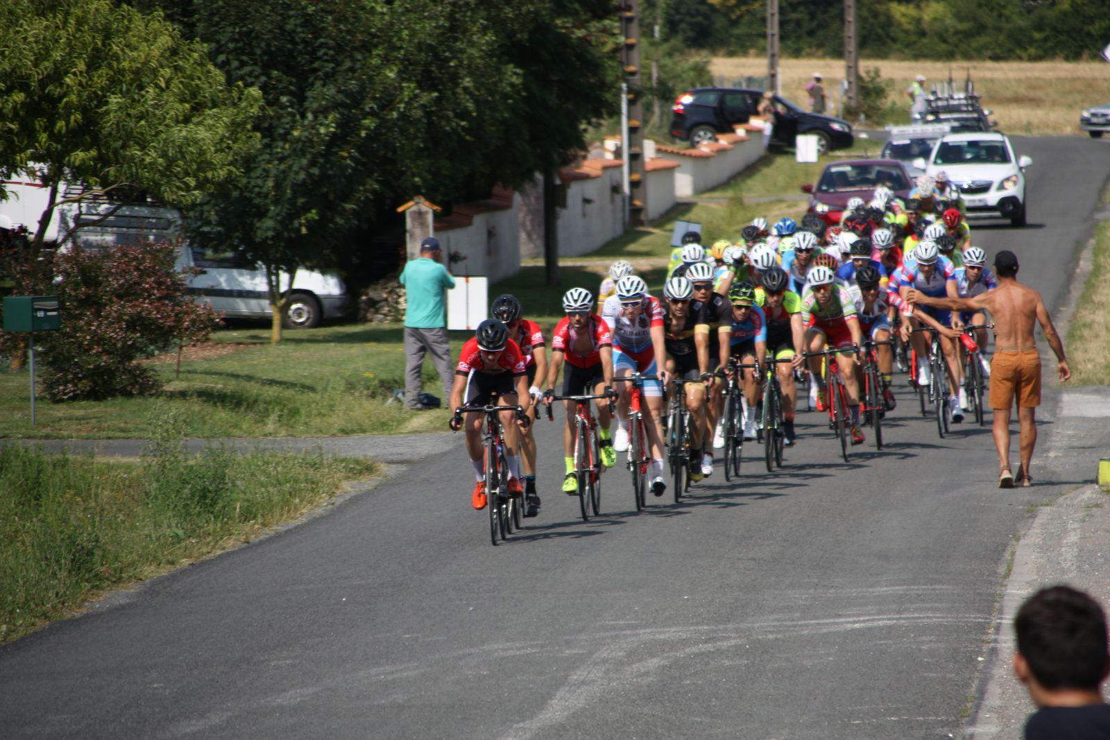 A  1  tour   le  coureur  d'Angouléme  VC  poursuit  sa  chevauchée  en  solitaire, le  Team  Poitou  méne  la  chasse.