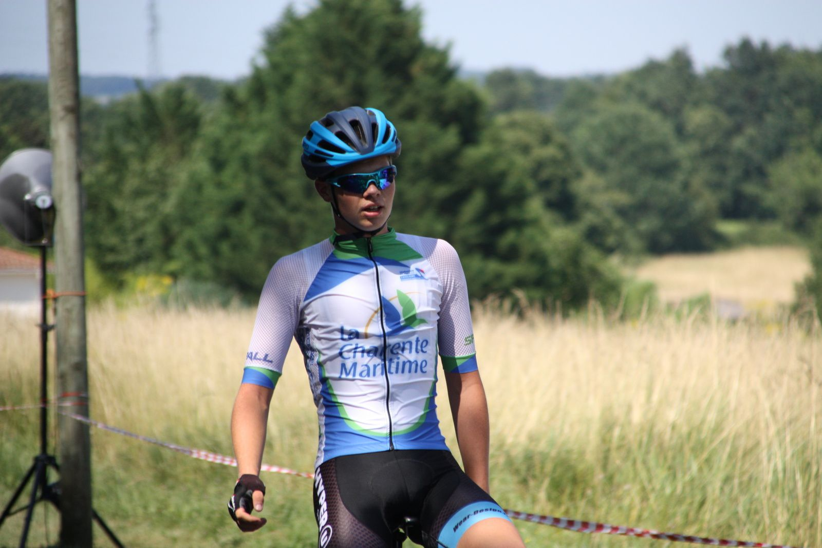 L'arrivée  et  la  victoire  en  solitaire  pour  Grégory  POUVREAULT(VC  Saintes)  avec  pratiquement  1  tour  d'avance  sur  tous  les  autres  coureurs