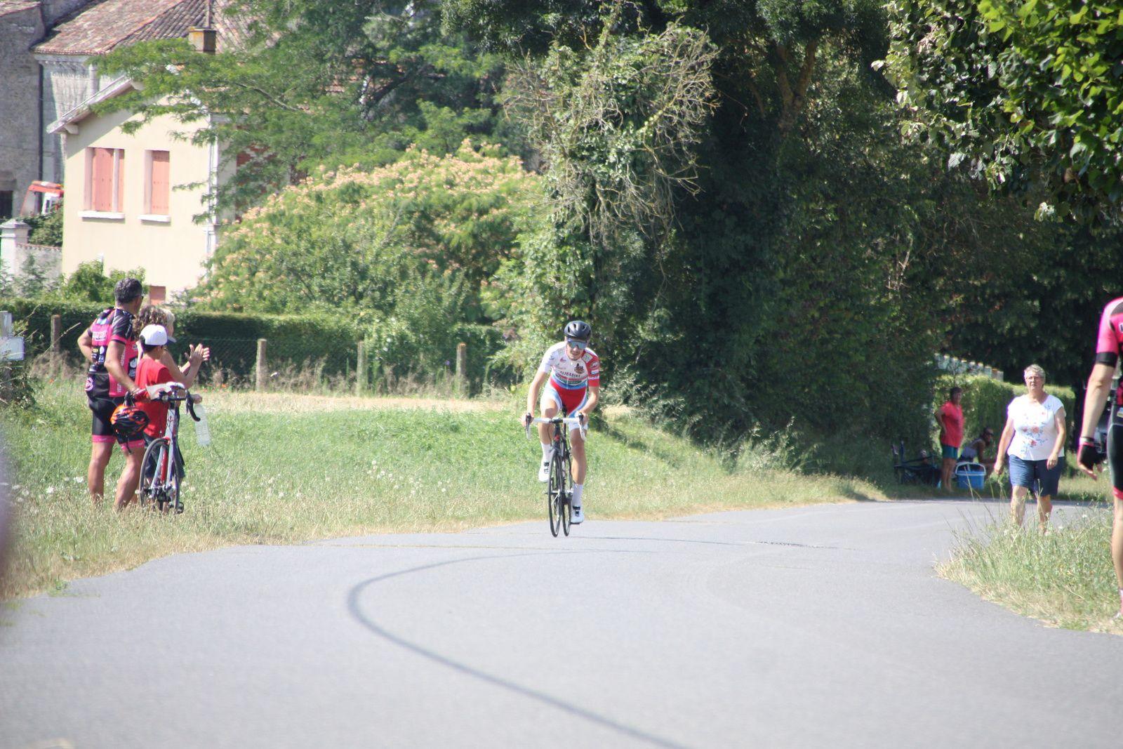 L'arrivée  et  la  victoire  pour  Hugo  AIGRON(VC  Charente-Océan)