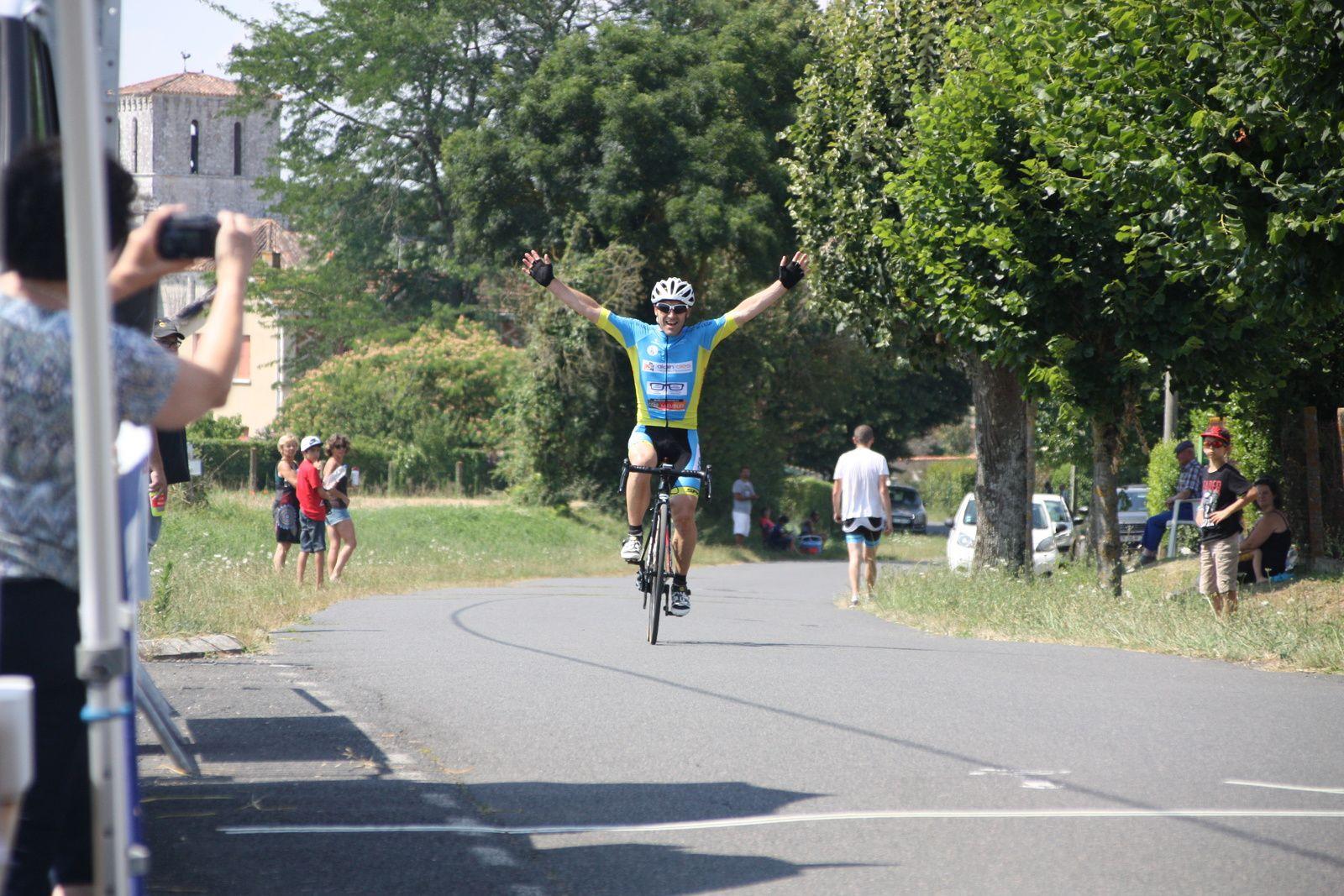 L'arrivée  et  la  victoire  pour  Yannick  FOUGERET(PC  Oléron)