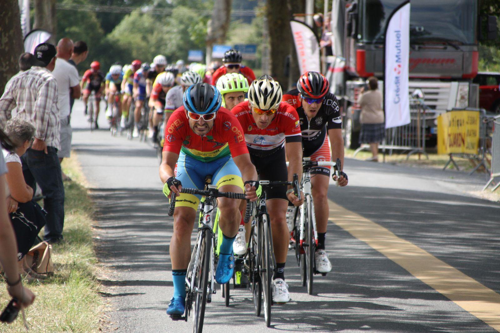 Ils  sont  sortit  à  4  avec  2  coureurs  d'Angouléme  VC